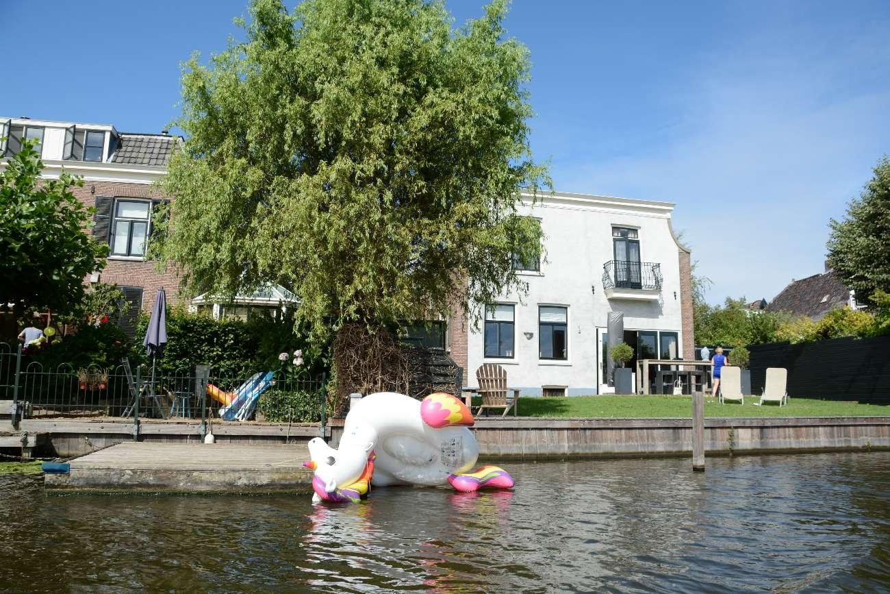 Gekentertes Einhorn Floatie auf der Vecht in Holland