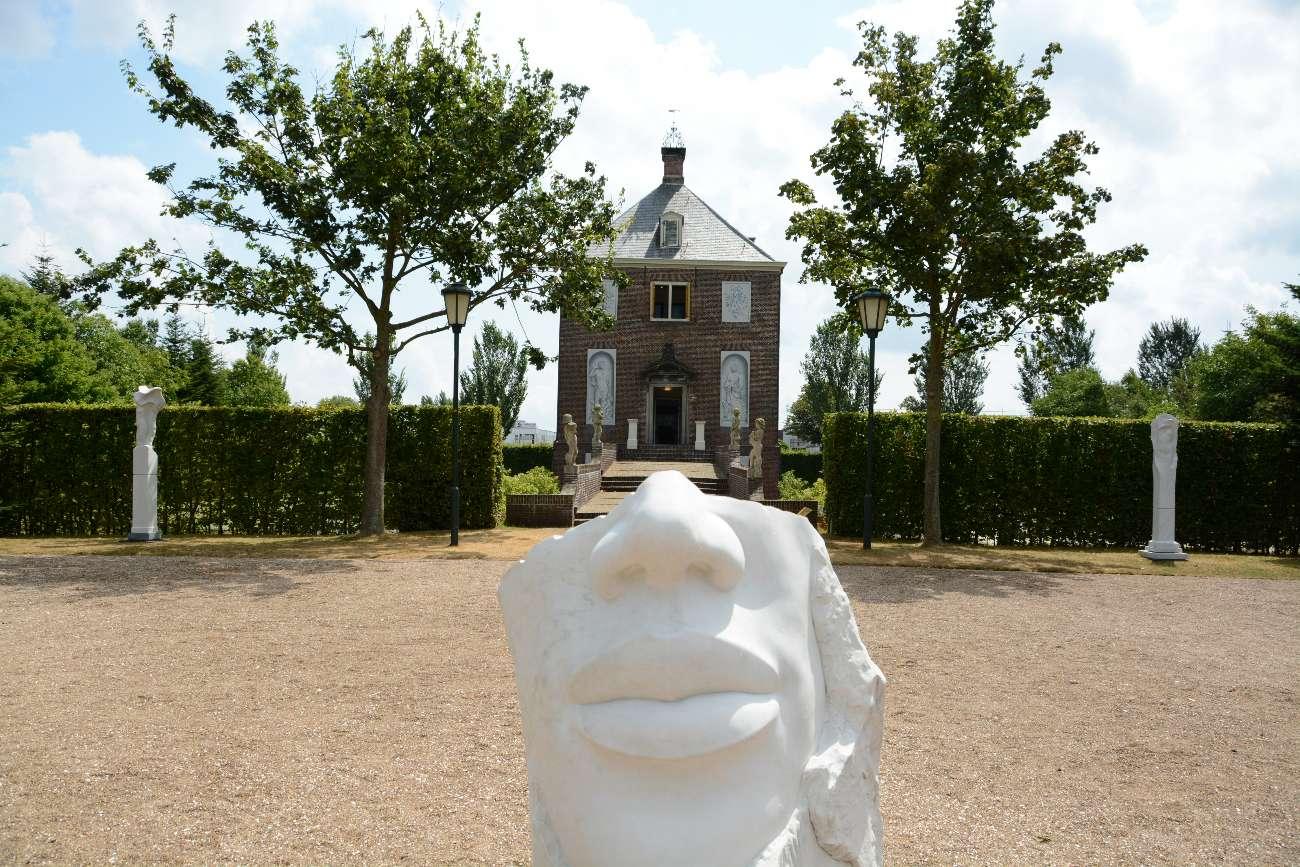 Landsitz Huygens Hofwijck in Voorburg mit Skulptur im Vordergrund