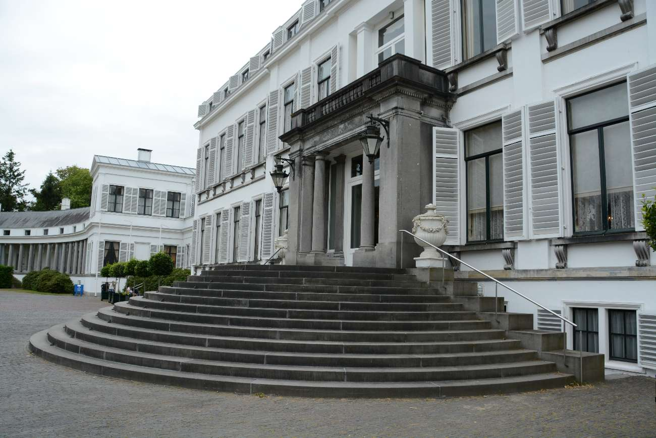 Palast Soestdijk von außen mit Treppe
