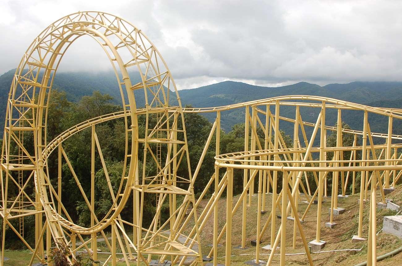 Leere Achterbahn vor den nebligen Gipfeln der Great Smokey Mountains in North Carolina