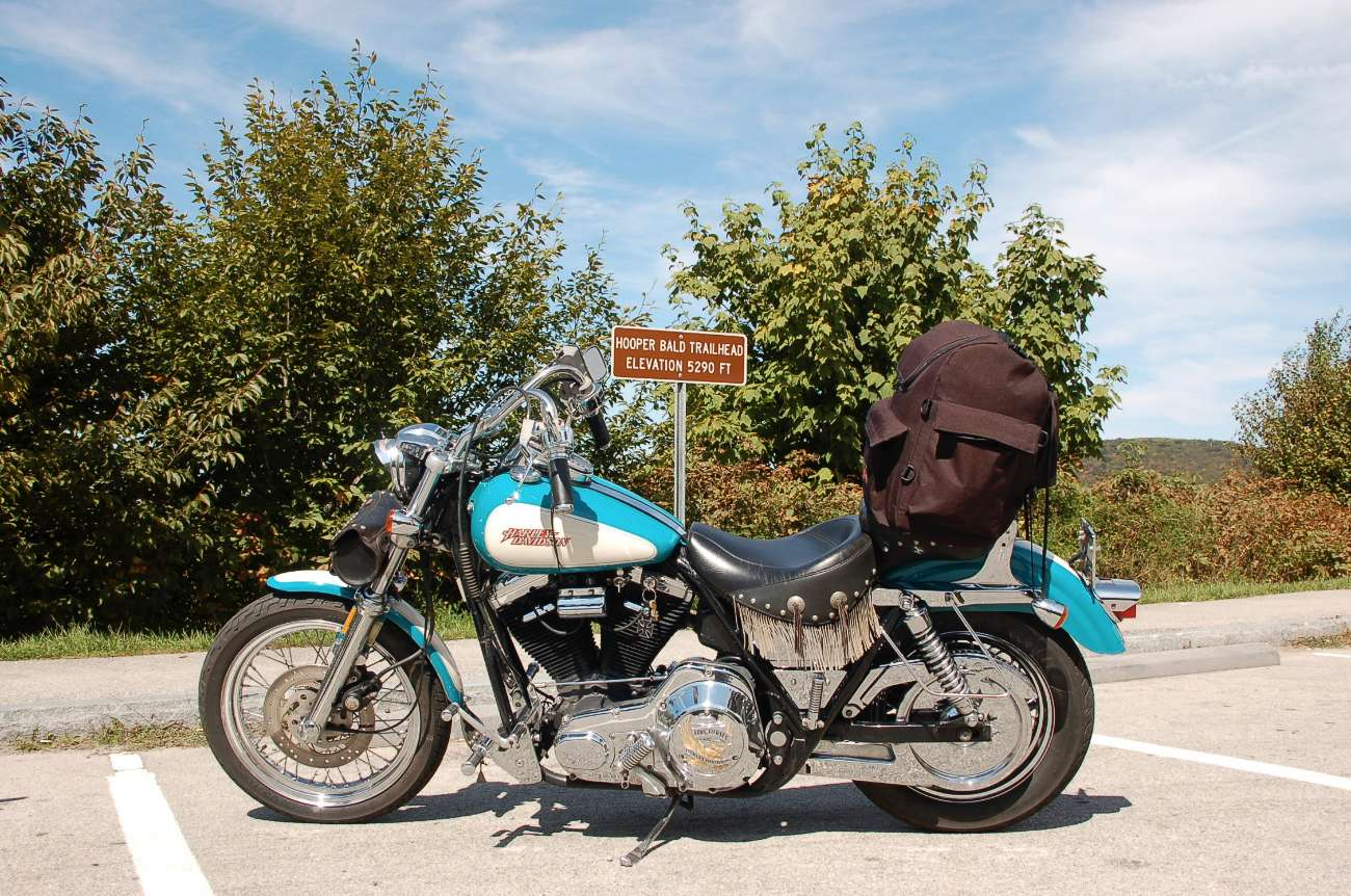 Hooper Bald Trailhead in North Carolina Tennessee mit Motorrad Harley Davidson