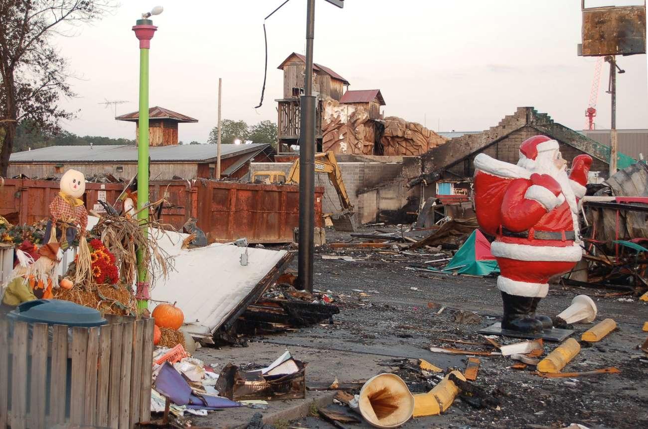 Weihnachtsmann auf einem verbrannten Parkplatz in Pigeon Forge