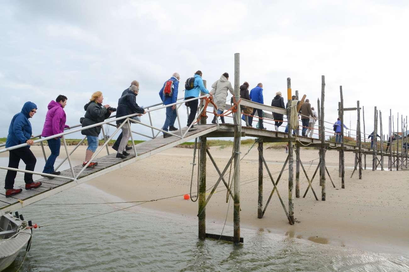 Passagier auf der Landungsbrücke der Fähre De Vriendschap auf Texel