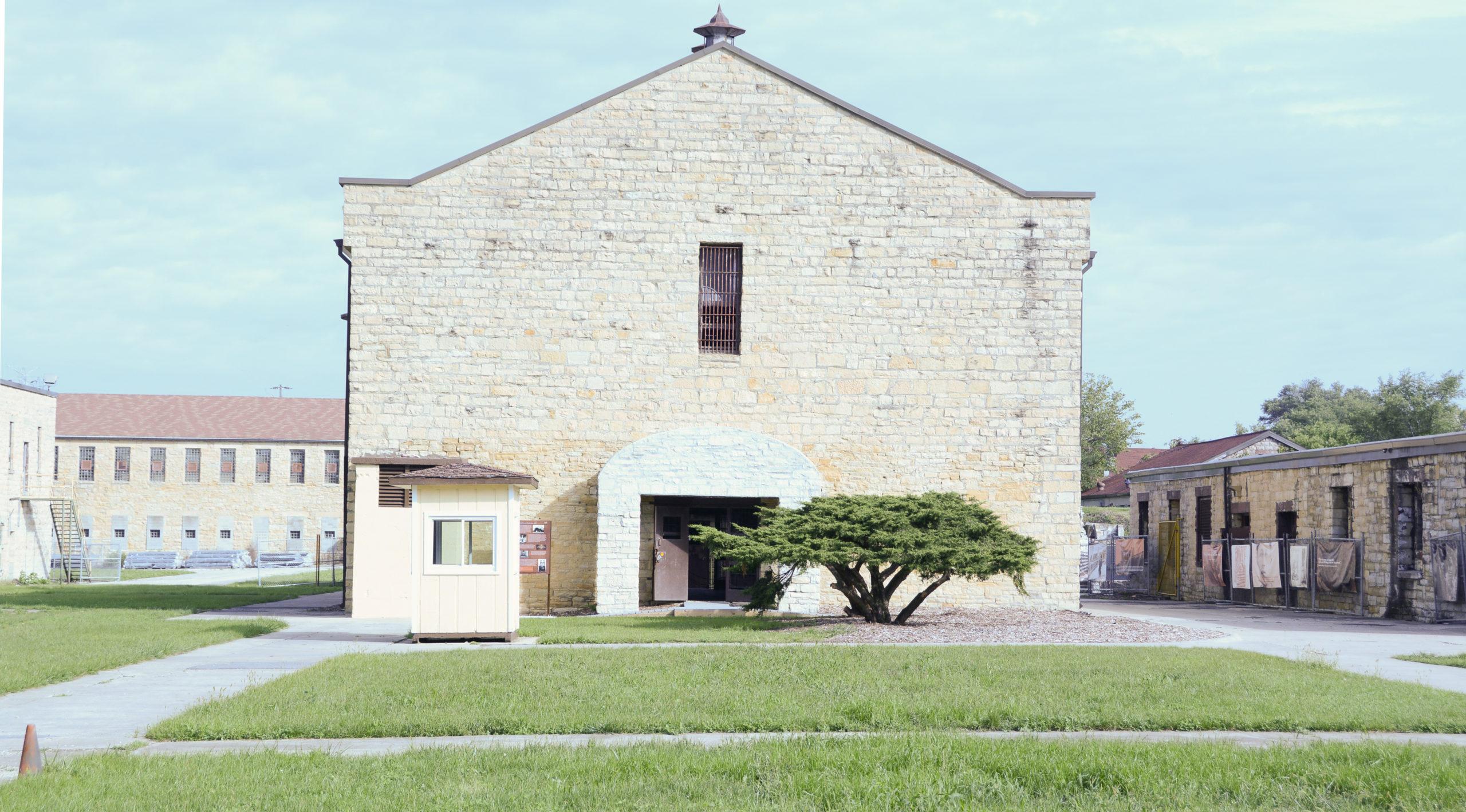 Innenhof des alten Staatsgefängnisses von Illinois mit Wächterhaus und Zeder
