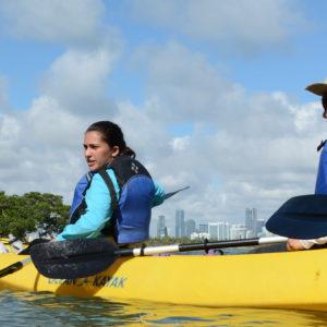 Zwei Naturführerinnen im Kanu mit Blick auf Miami und die Mangroven