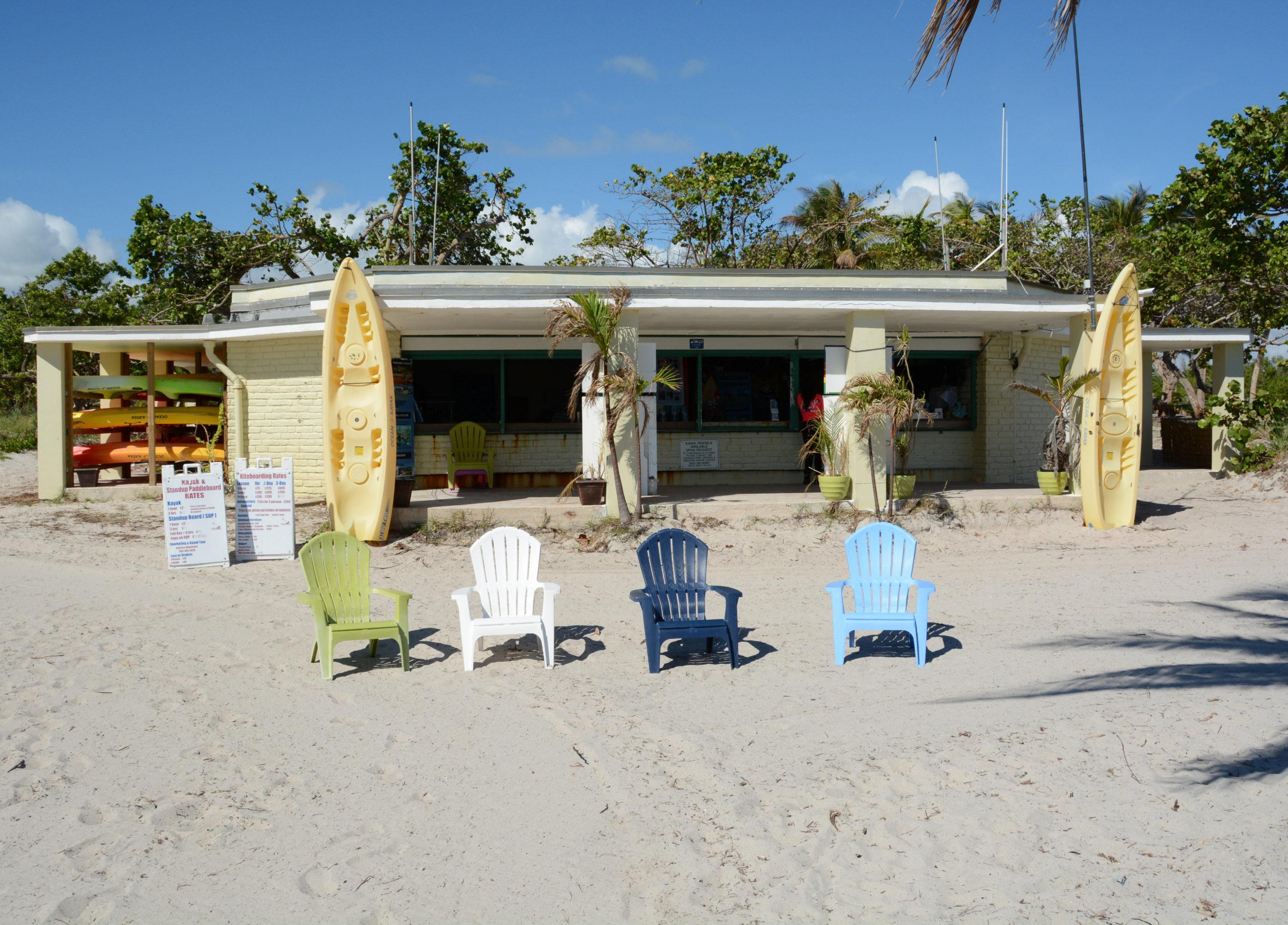 Strandpavillon auf Key Biscayne vor Miami mit Adirondack Chairs