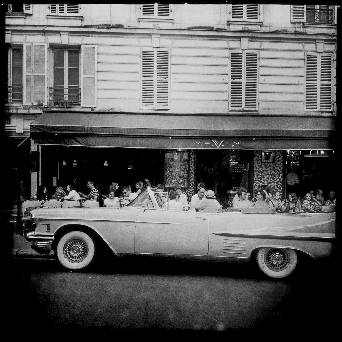 Ein Amischlitten vor einem Café am Montparnasse in Paris
