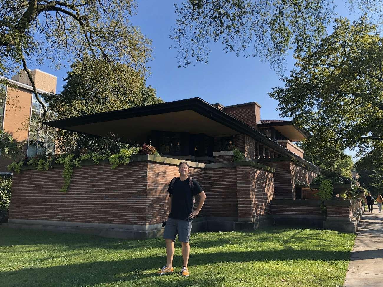 Autor Ralf Johnen vor Frank Lloyd Wrights Robie House in Chicago