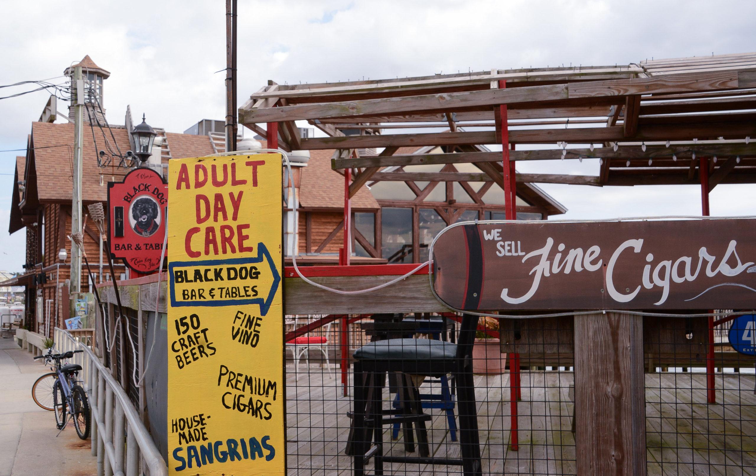 An Wochenende fallen Horden von Studenten in die Restaurants auf der Insel Cedar Key in Florida ein