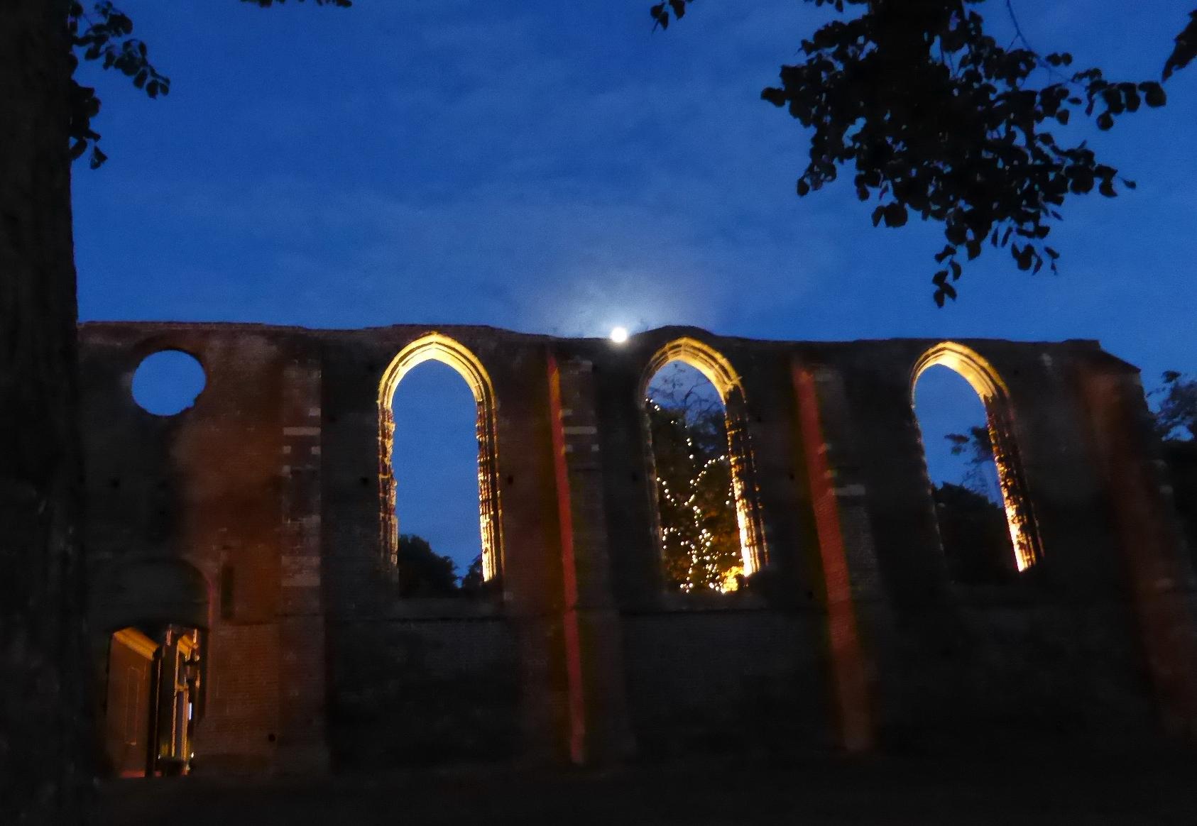 Ruine der Kirche im Znetrum von Bergen bei Mondschein