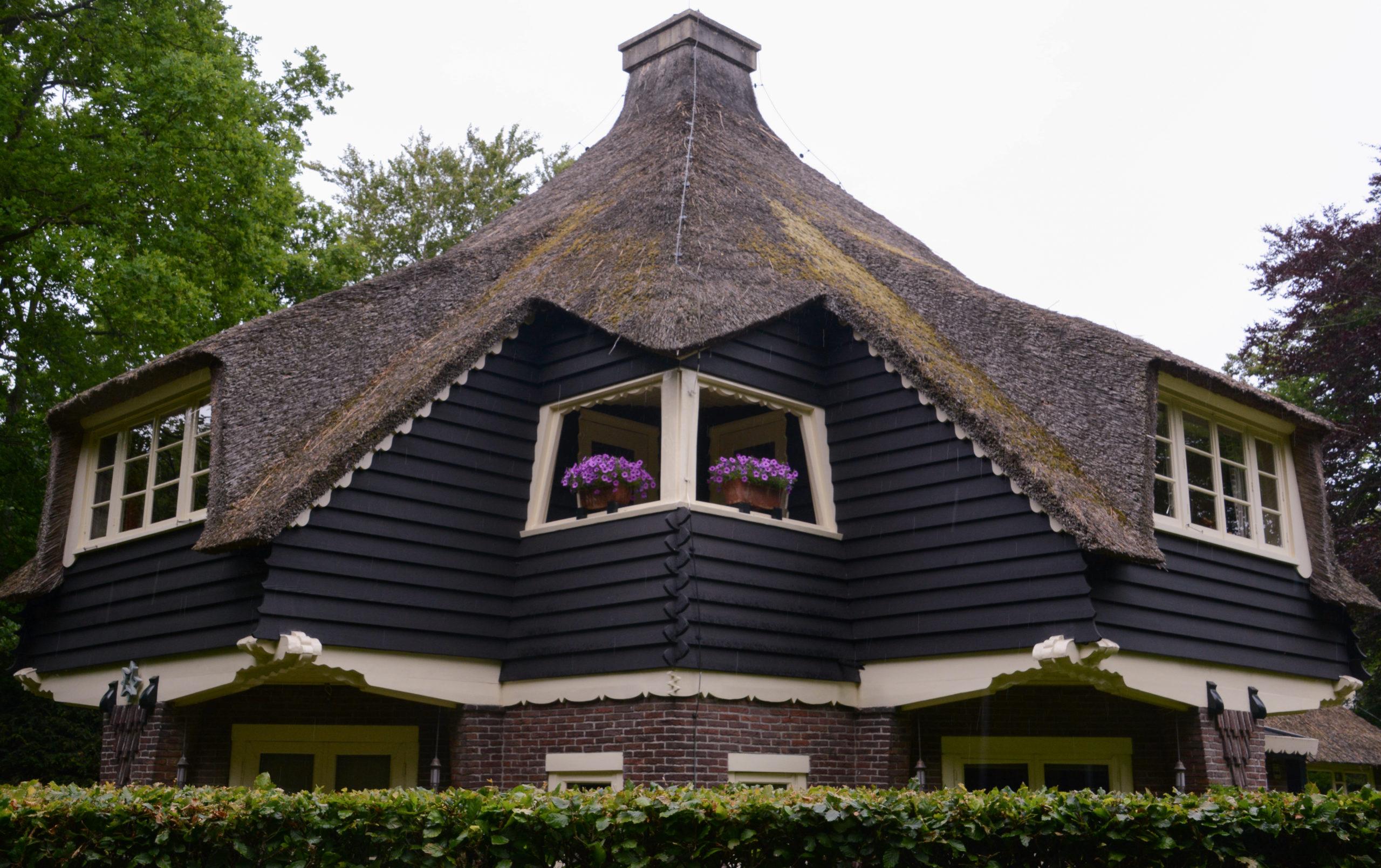 Reetgedeckte Villa in Bergen Nordholland mit Blumenkübeln