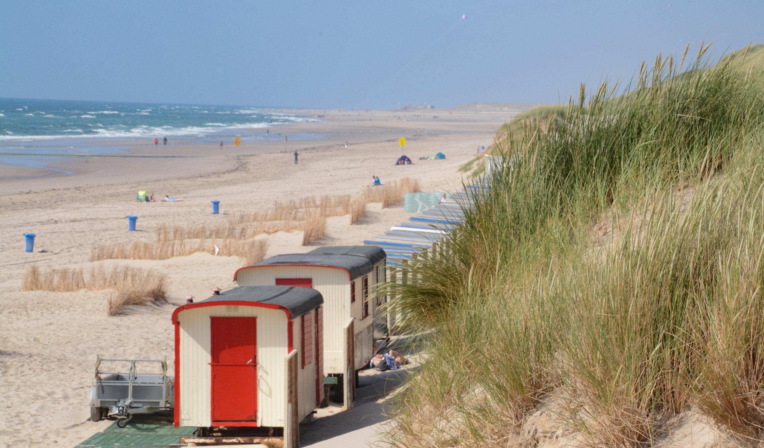 Dünen, Strand, Meer nd Häuschen am Strand von Bergen aan Zee in Noordholland