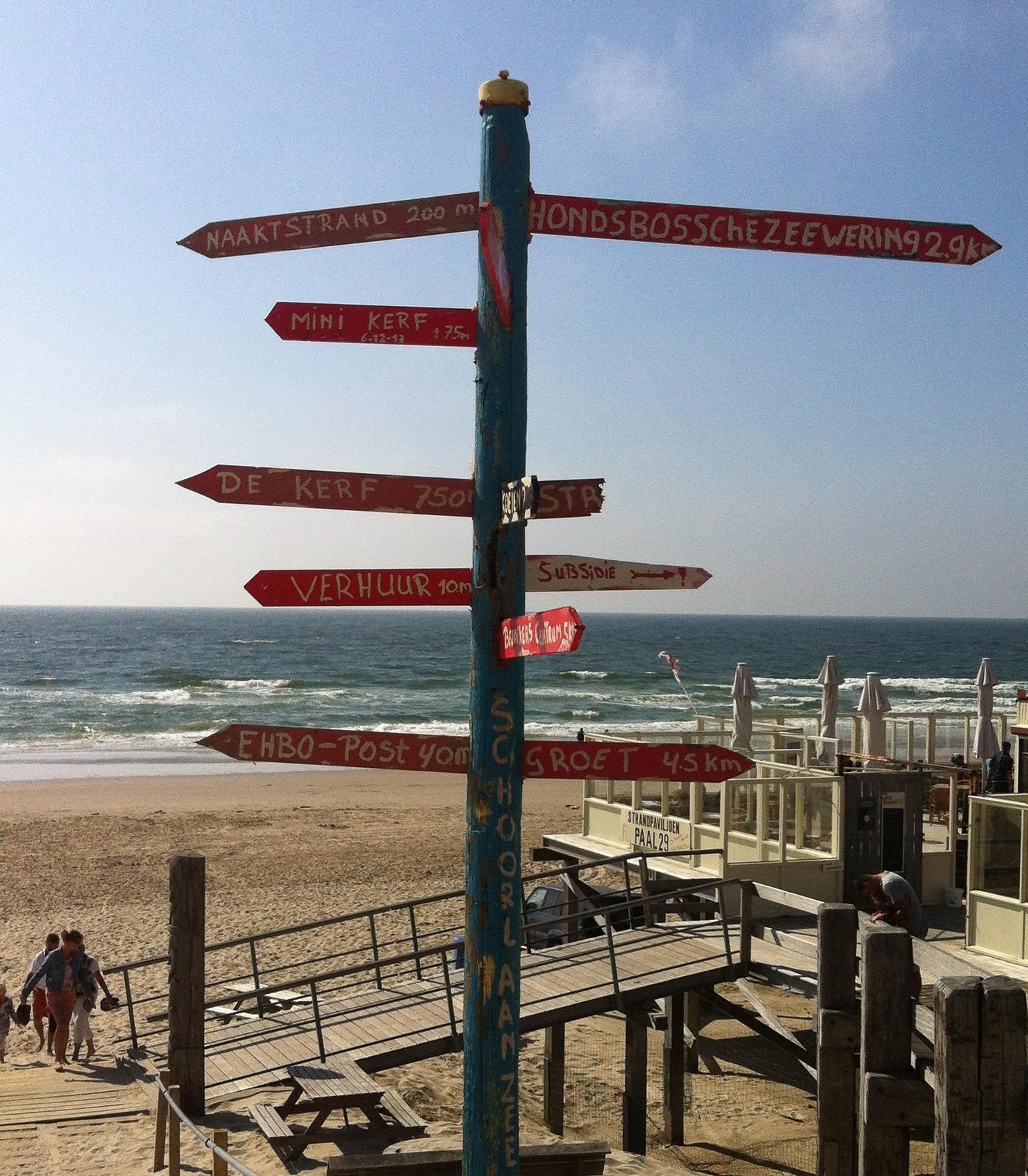 Schilder am Strand von Bergen aan Zee mit Strandpavillon