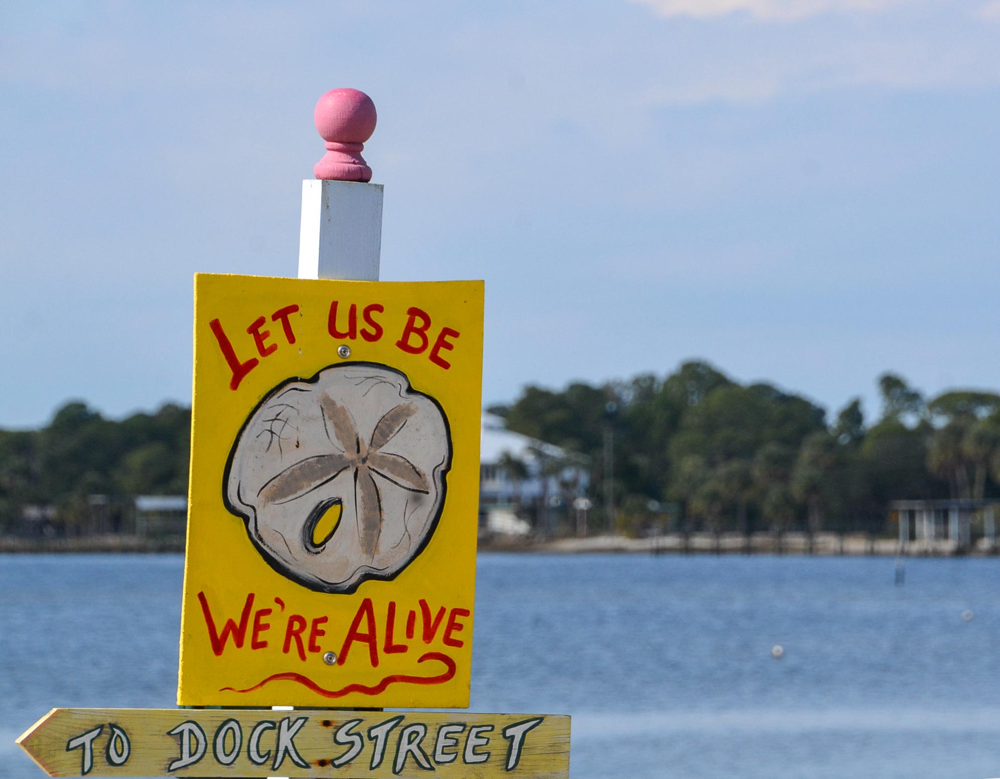 Seesterne sind in Florida keine Seltenheit, werden aber meist nicht als Lebewesen erkannt. Das scheint dieses Schild zu besagen.