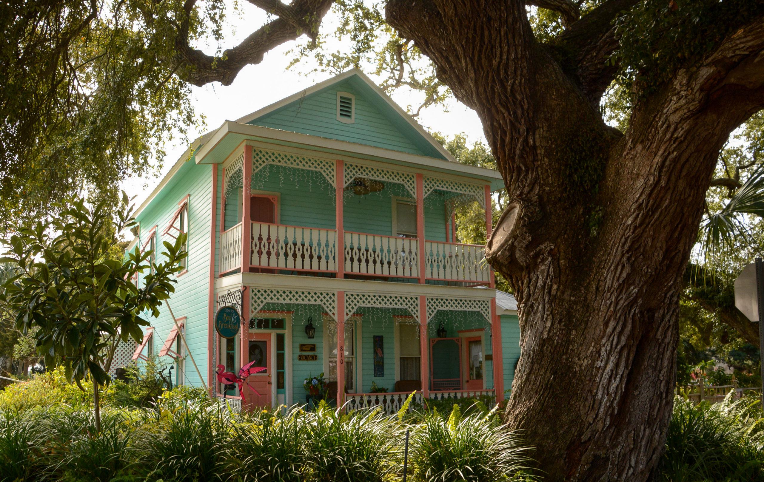 Wohnhaus mit Holzveranda und Wacholderbaum auf Cedar Key in Florida