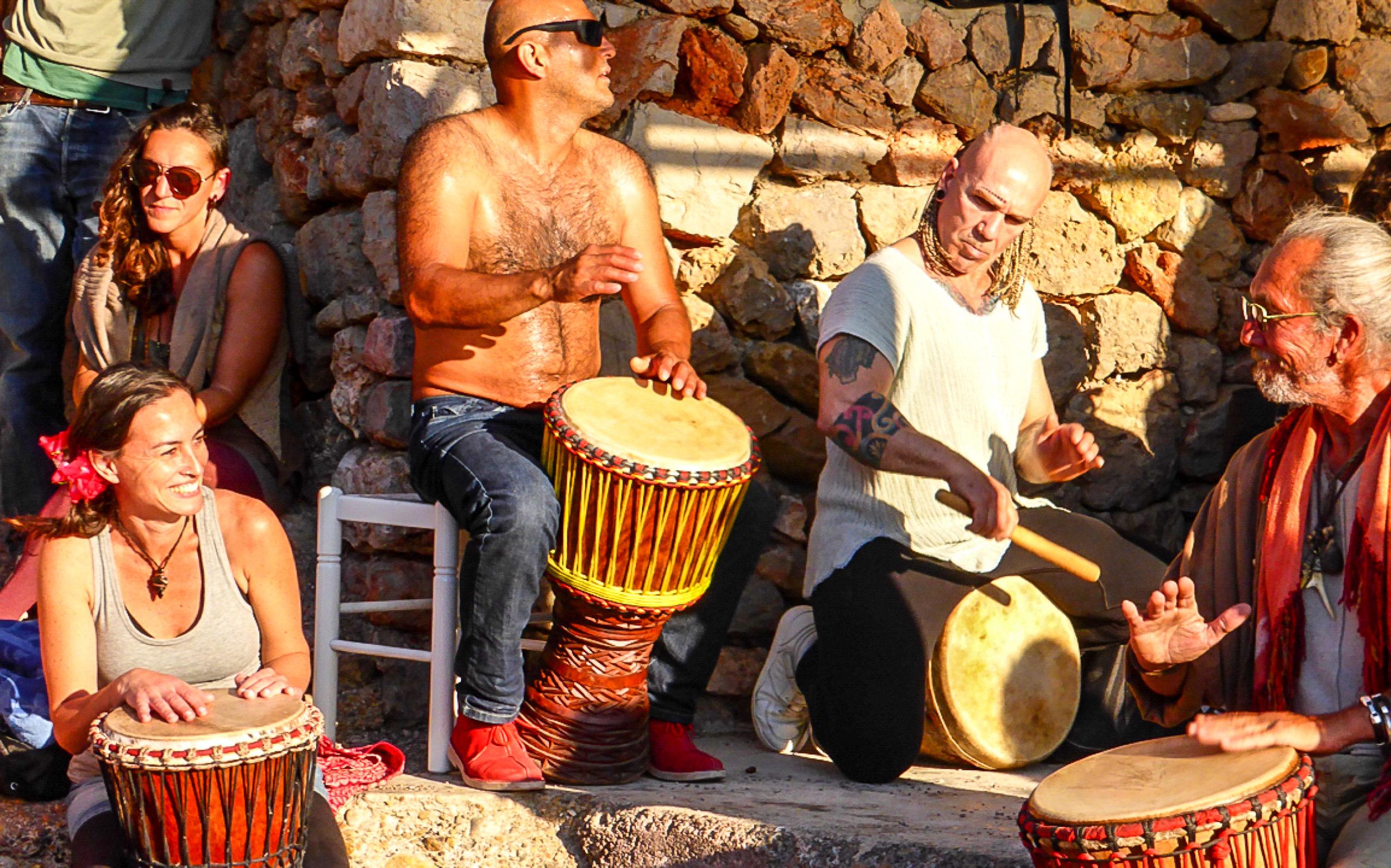 Trommeln im Sonnenuntang: Hippies in der Cala Benirras auf Ibiza