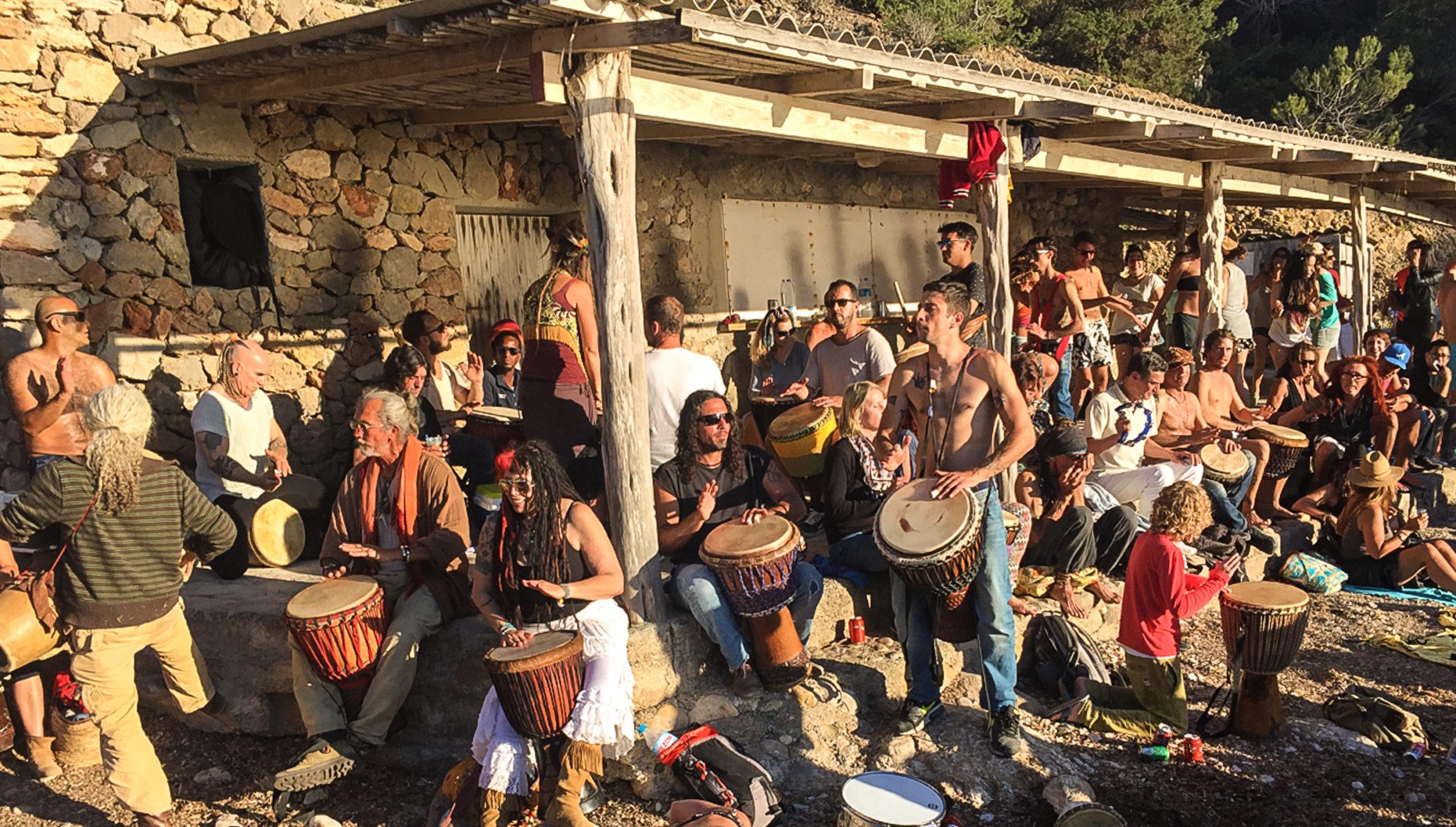 Jeden Sonntag zum Sonnenuntergang trommeln die Hippies in der Cala Benirras für ein bessere Leben.