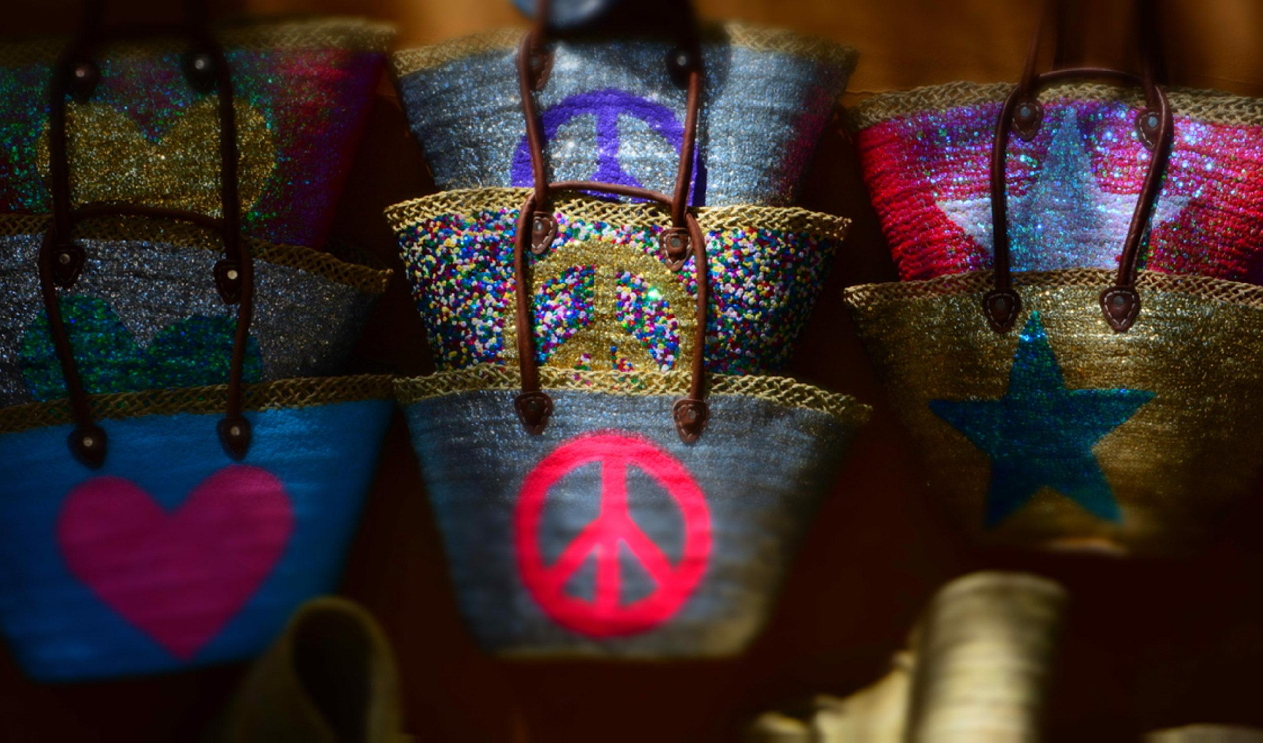 Liebe und Frieden als Taschenmotiv auf Ibiza