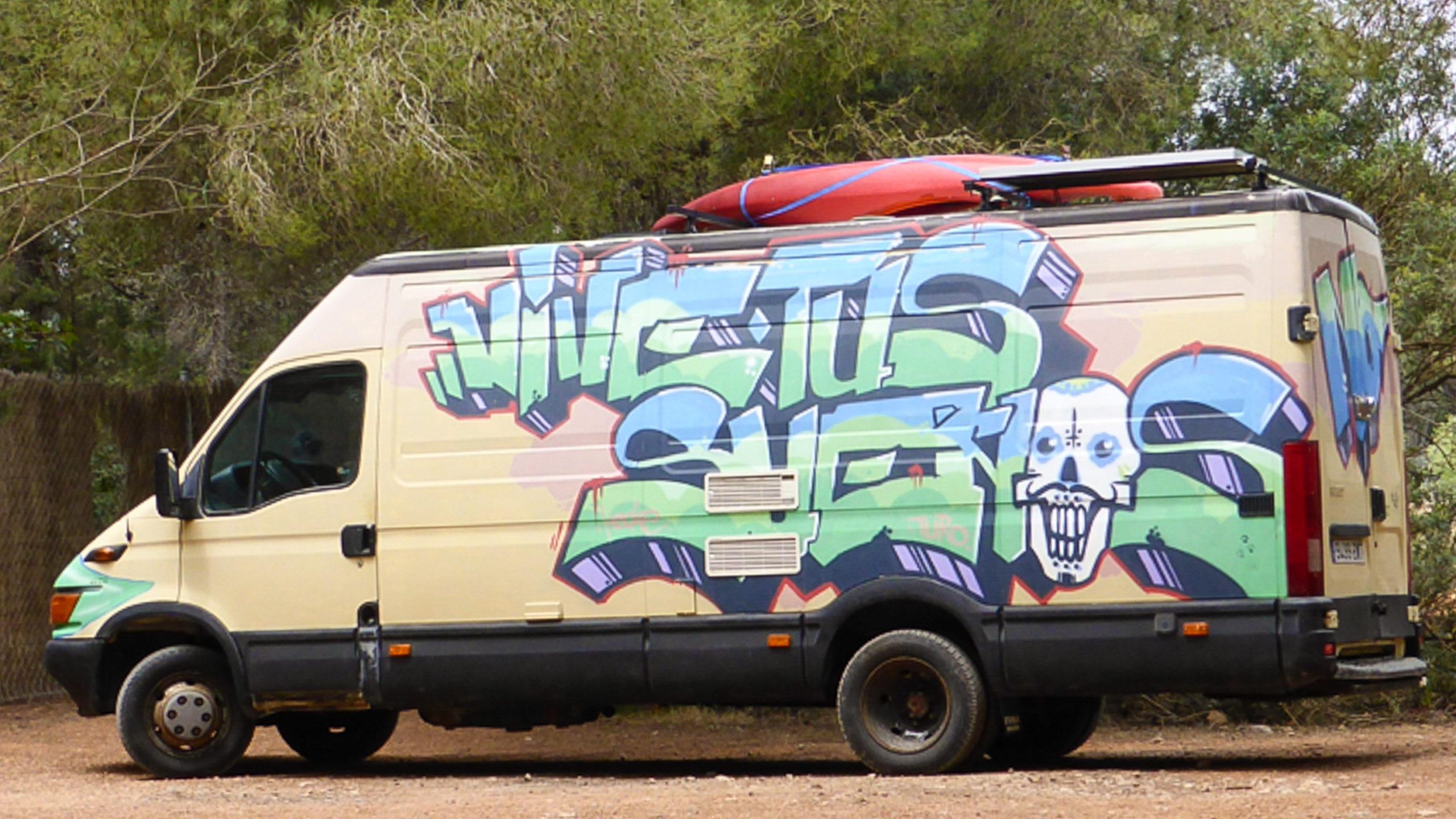 Campervan mit Surfbrett auf Ibiza.