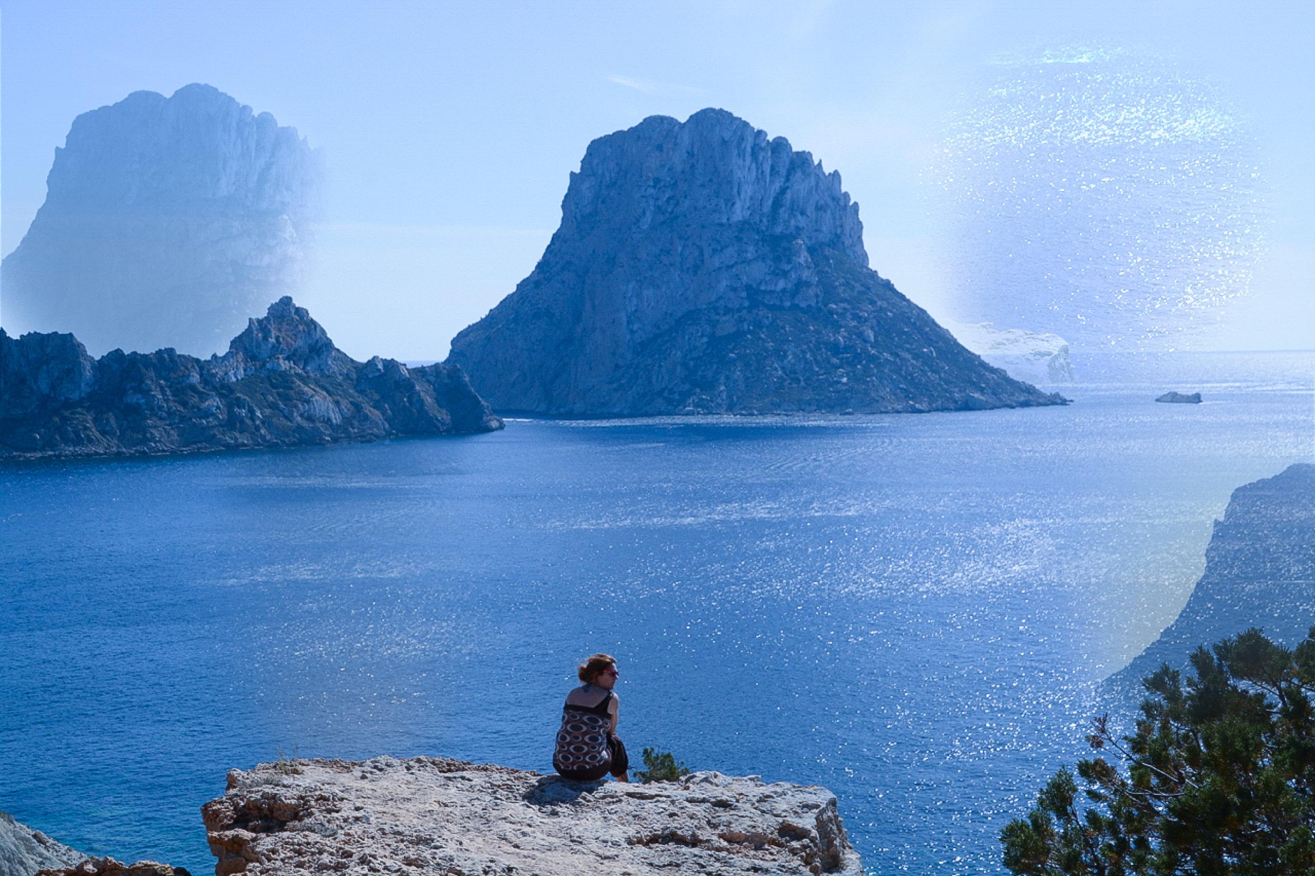 Doppelter Felsen Es Vedra auf Ibiza mit Meer und Frau