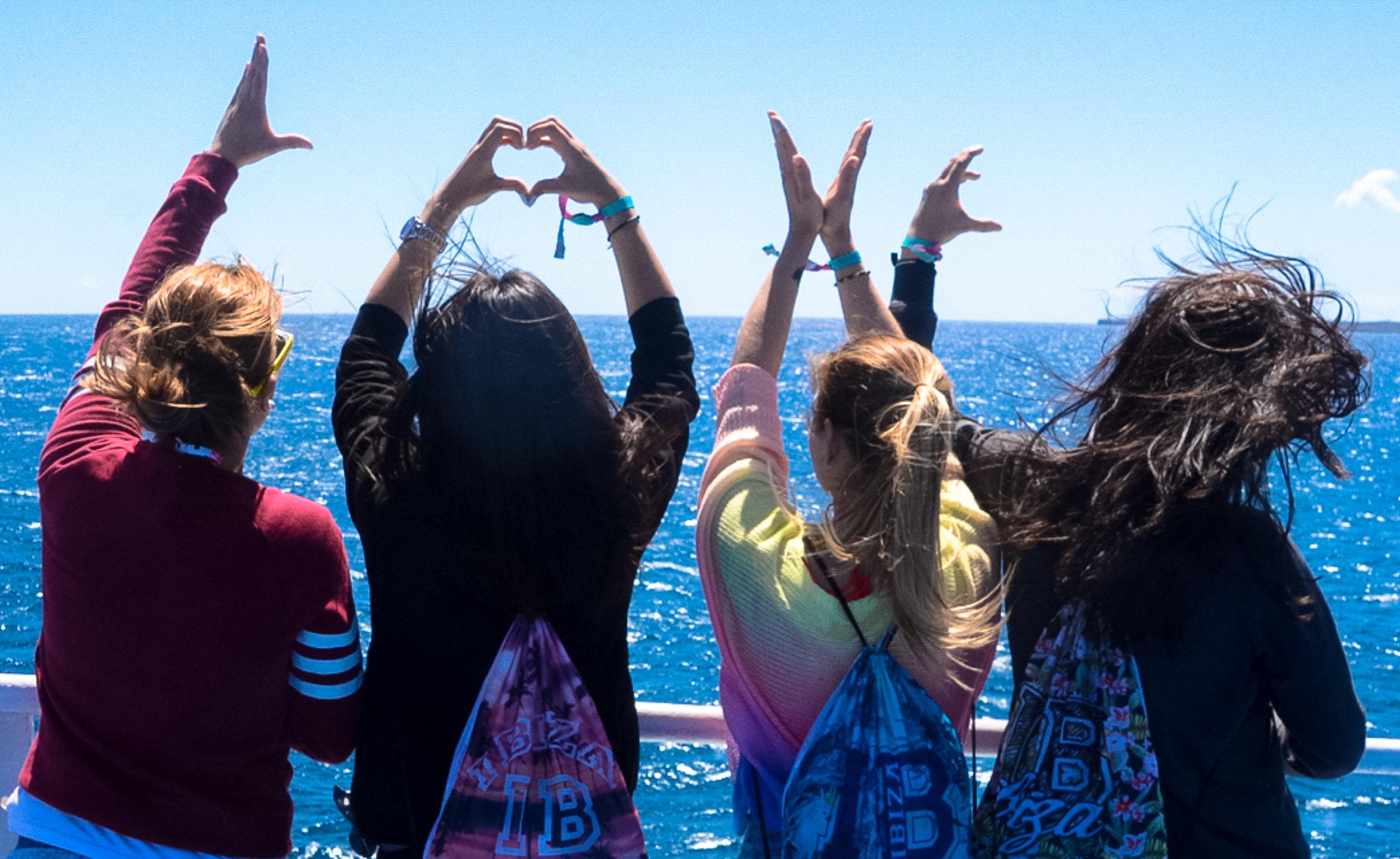 Mächen zeigen, was sie für Ibiza empfinden: Love
