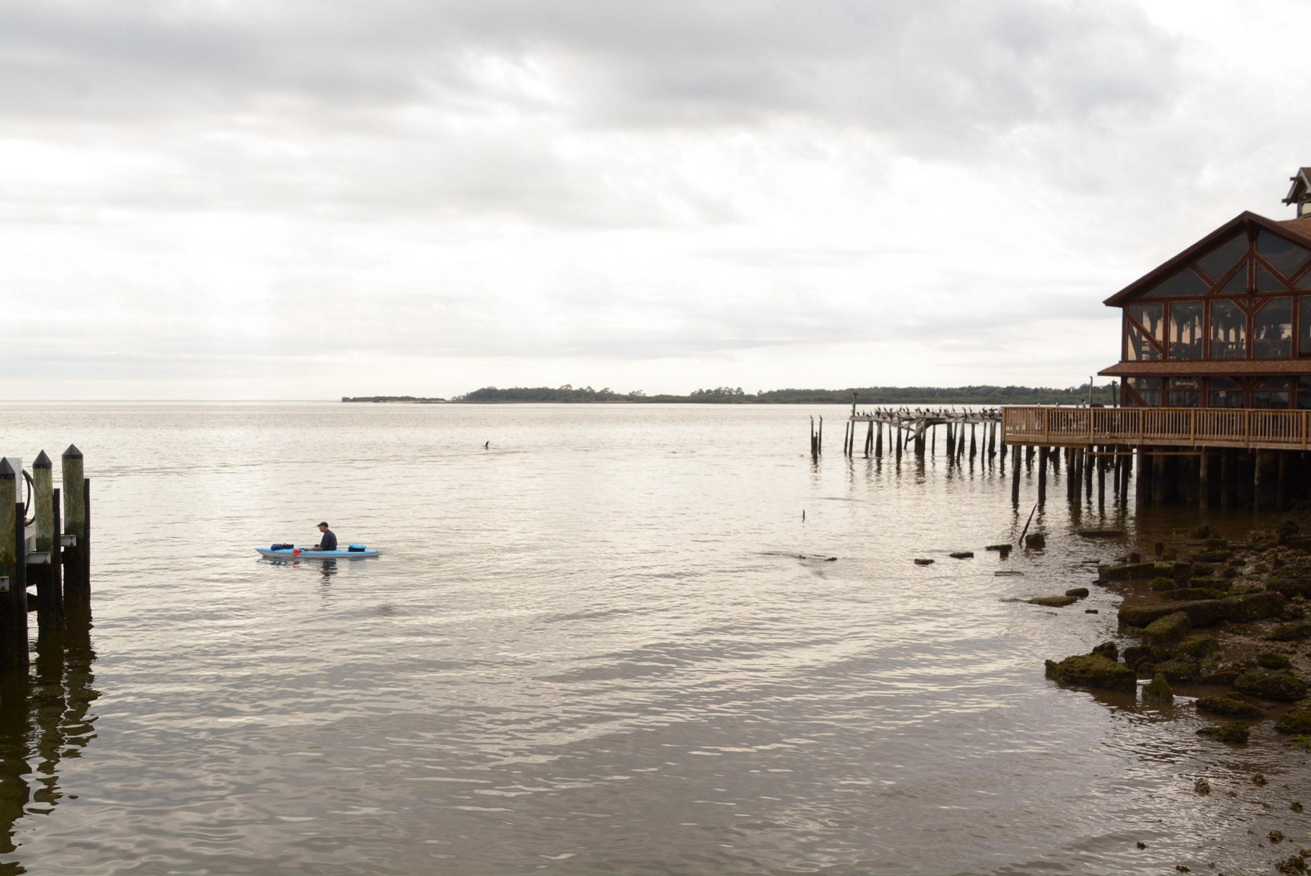 Ein Kanufahrer in den Gewässern vor der Insel in Florida