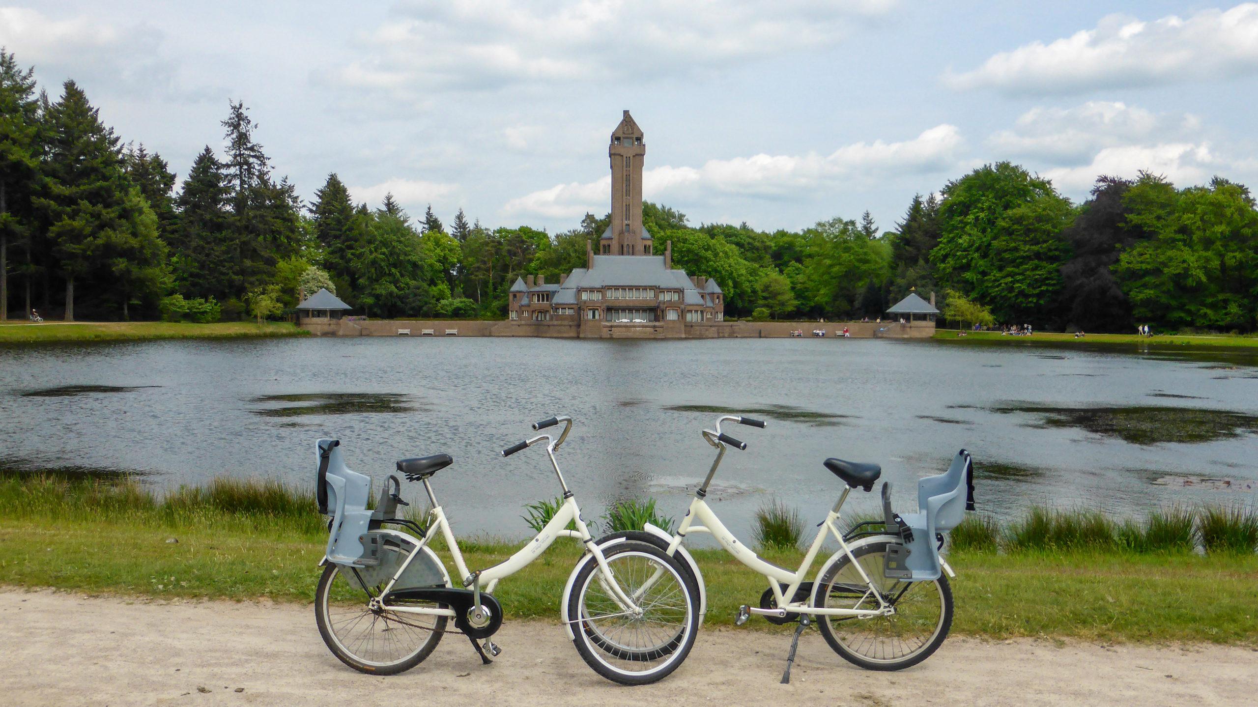 Jagdhaus St. Hunertus von Berlage mit weißen Fahrrädern