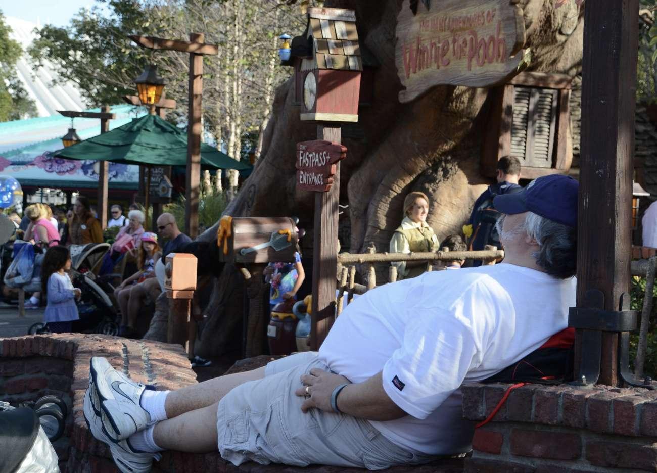 Ein Mann nimmt sich eine Auszeit in Disney World in Orlando Florida