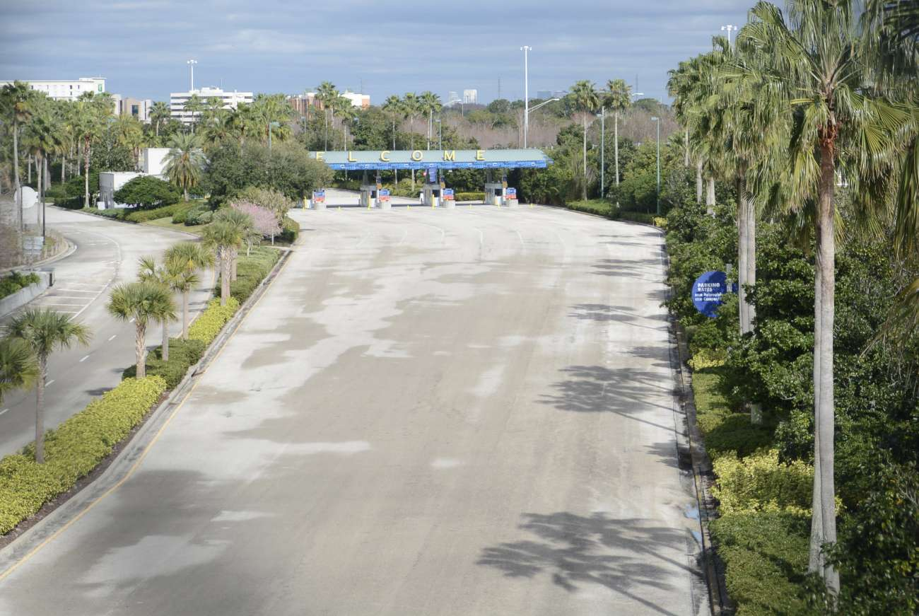 Welcome: Riesige leere Zufahrtstraße zu den Themenparks der Universal Studios in Zentralflorida