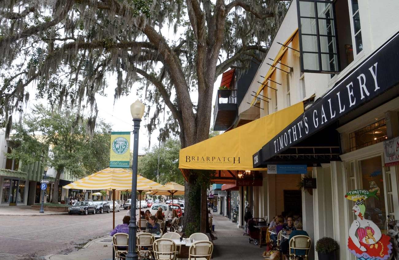 Park Avenue in Winter Park ist der schönste Stadteil von Orlando mit Straßencefés und altem Baumbestand