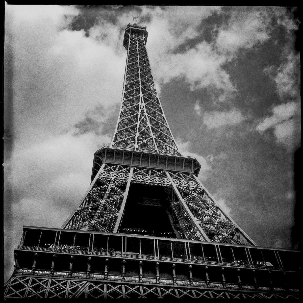 Der Eiffelturm in Paris von unten in einer Schwarzweißaufnahme