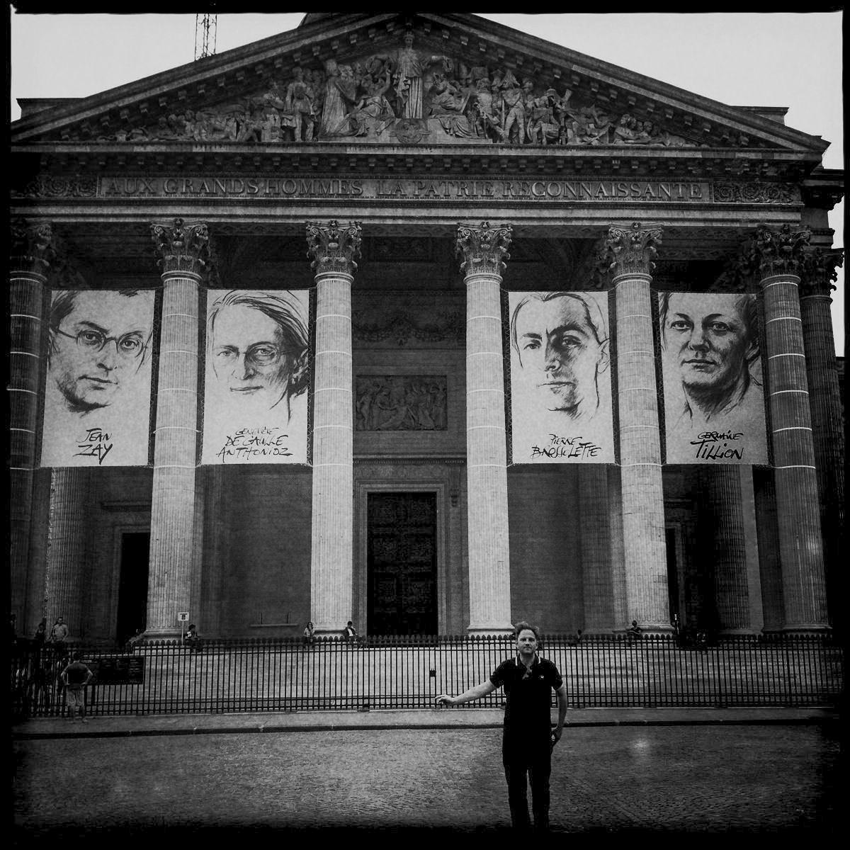 Autor Ralf Johnen vor dem Pantheon in Paris