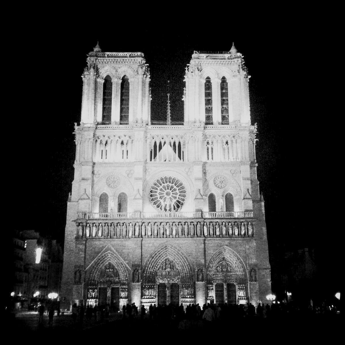 Notre Dame in Paris an einem Abend im Jahr 2015 vor dem Feuer, das die Kathedrale zerstört hat