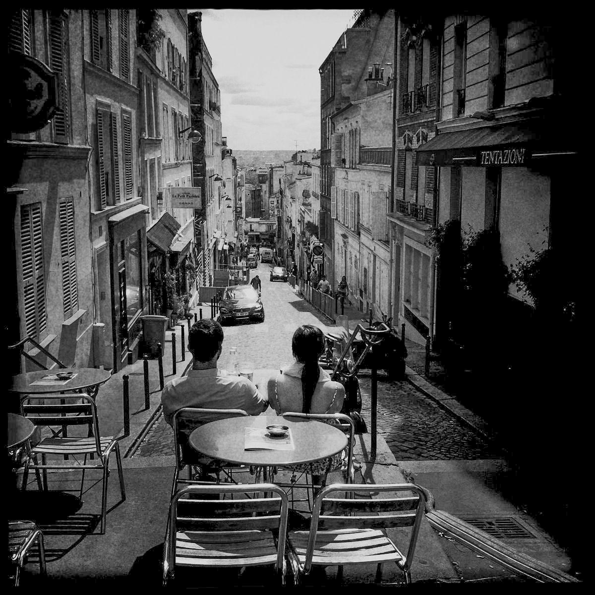 Ein Paar genießt den Ausblick auf den Montparnasse in Paris