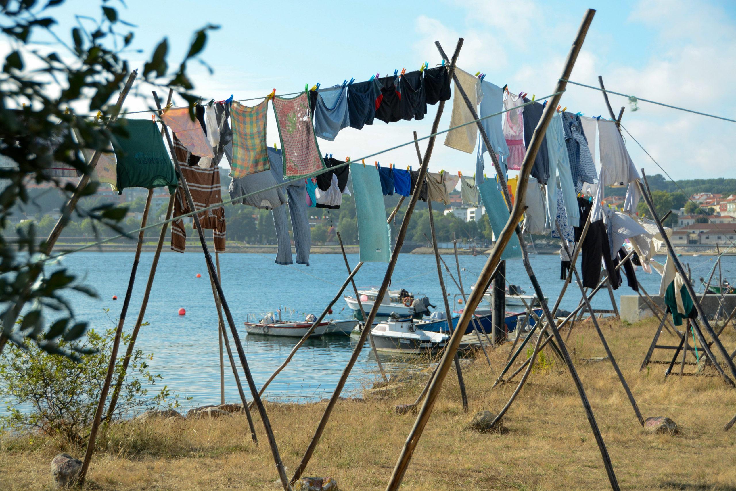 Wäsche hängt zum Trocknen an einer Leine in Arufada