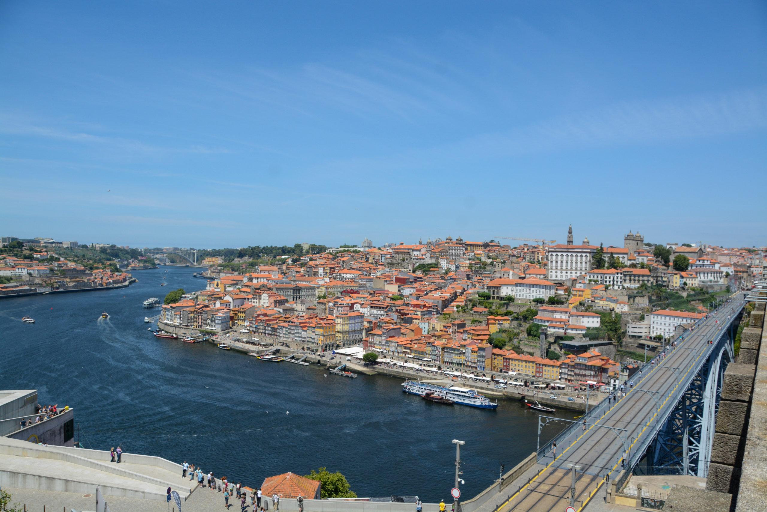 Blick von Kloster auf den Douro, die Altstadt von Porto und die Ponte Dom Luis I.