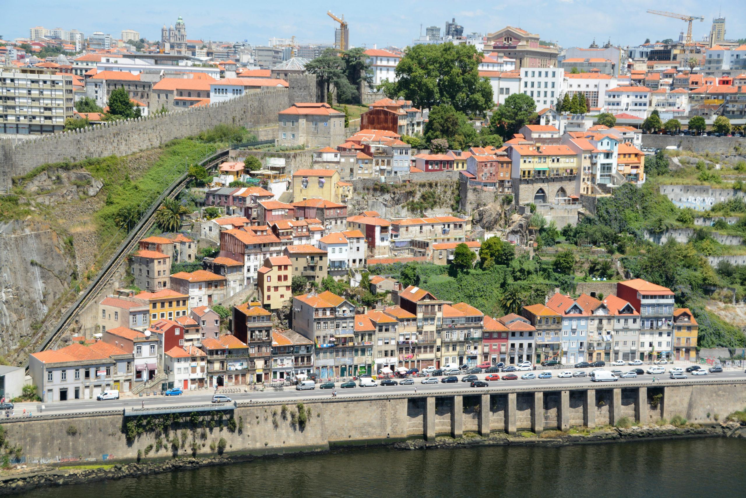Blick auf das Viertel Guindais in Porto vom Kloster