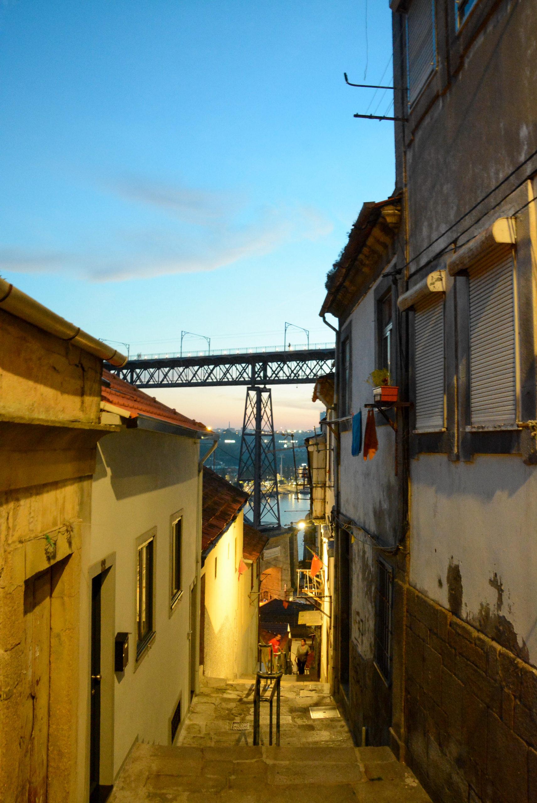 Das Viertel Guindais in Porto mit Abendstimmung und Blick auf die Ponte Dom Luis I.