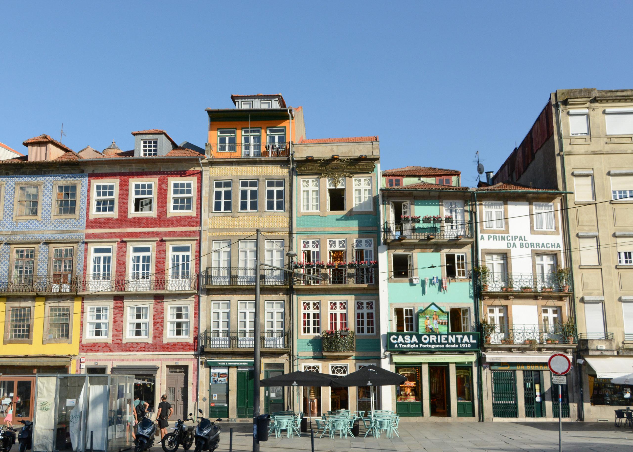 Die Rua dos Caldareiros in Porto mit alten Häusern