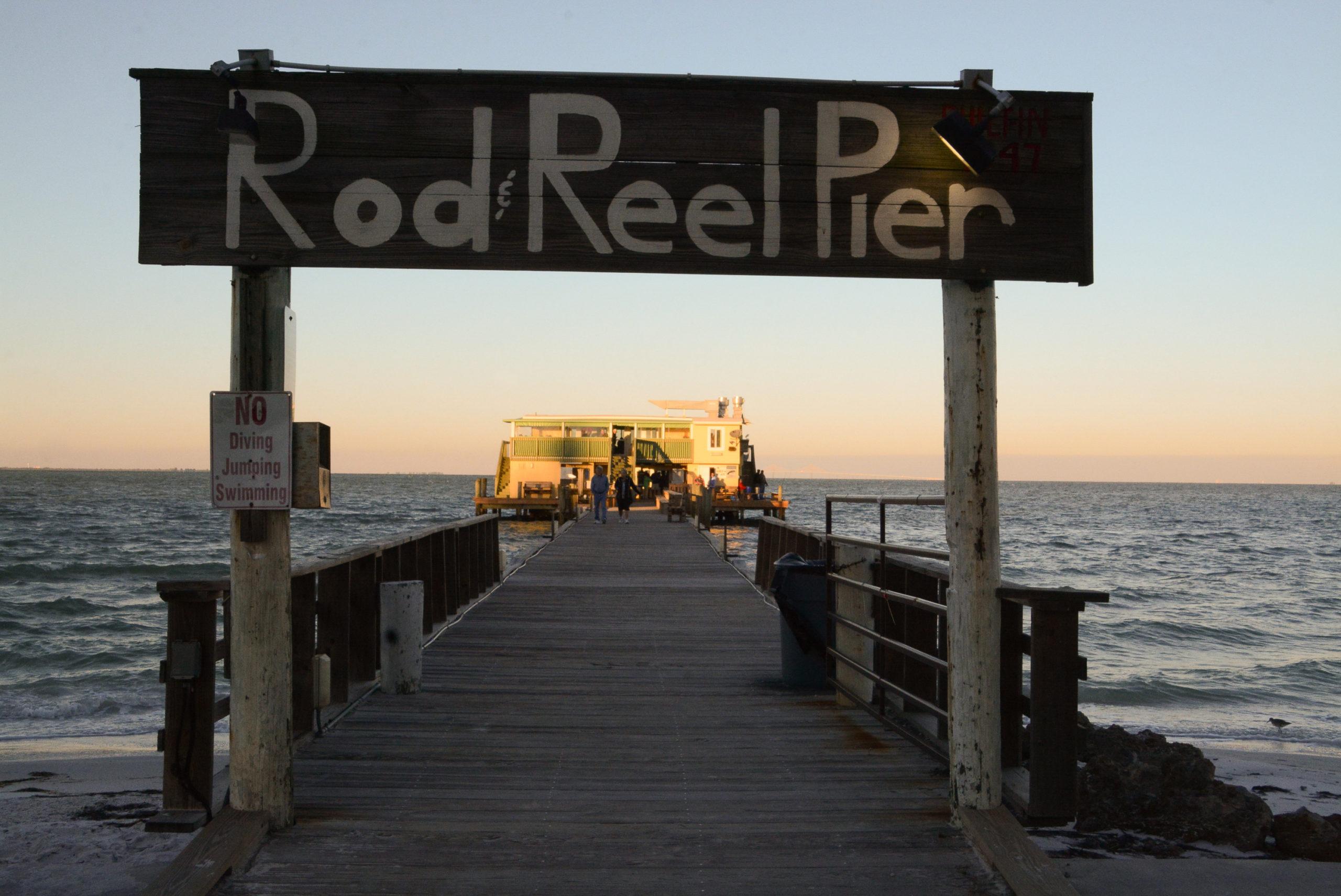 Der wacklige Holzpier Rod & Reel Pier ind er Tampa Bay bei Sarasota