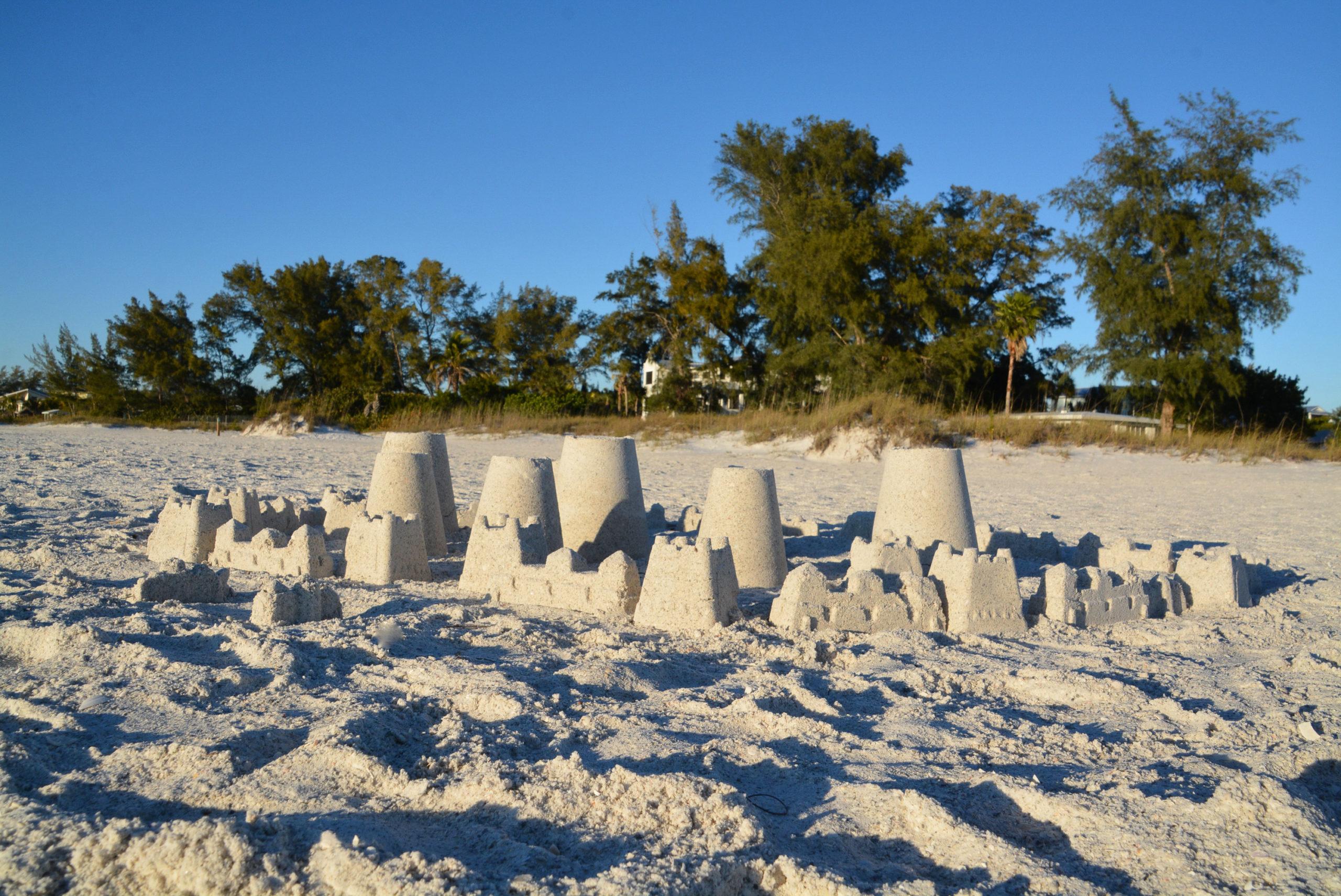Sandburg auf dem Strand von Anna Maria Island in Florida
