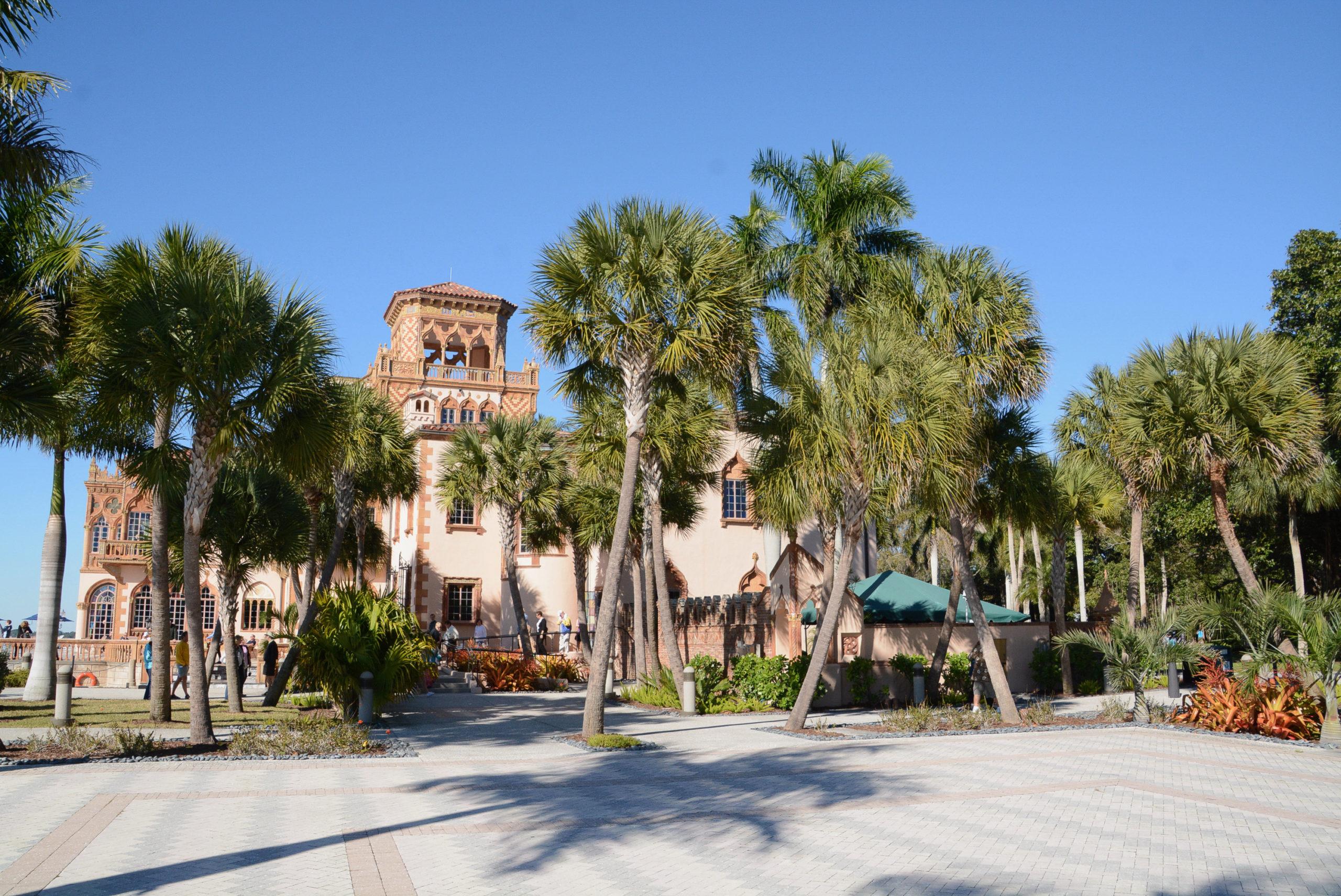 Die Märchenvilla Cà d'Zan gehört zu The Ringling in Sarasota mit dekorativen Königspalmen