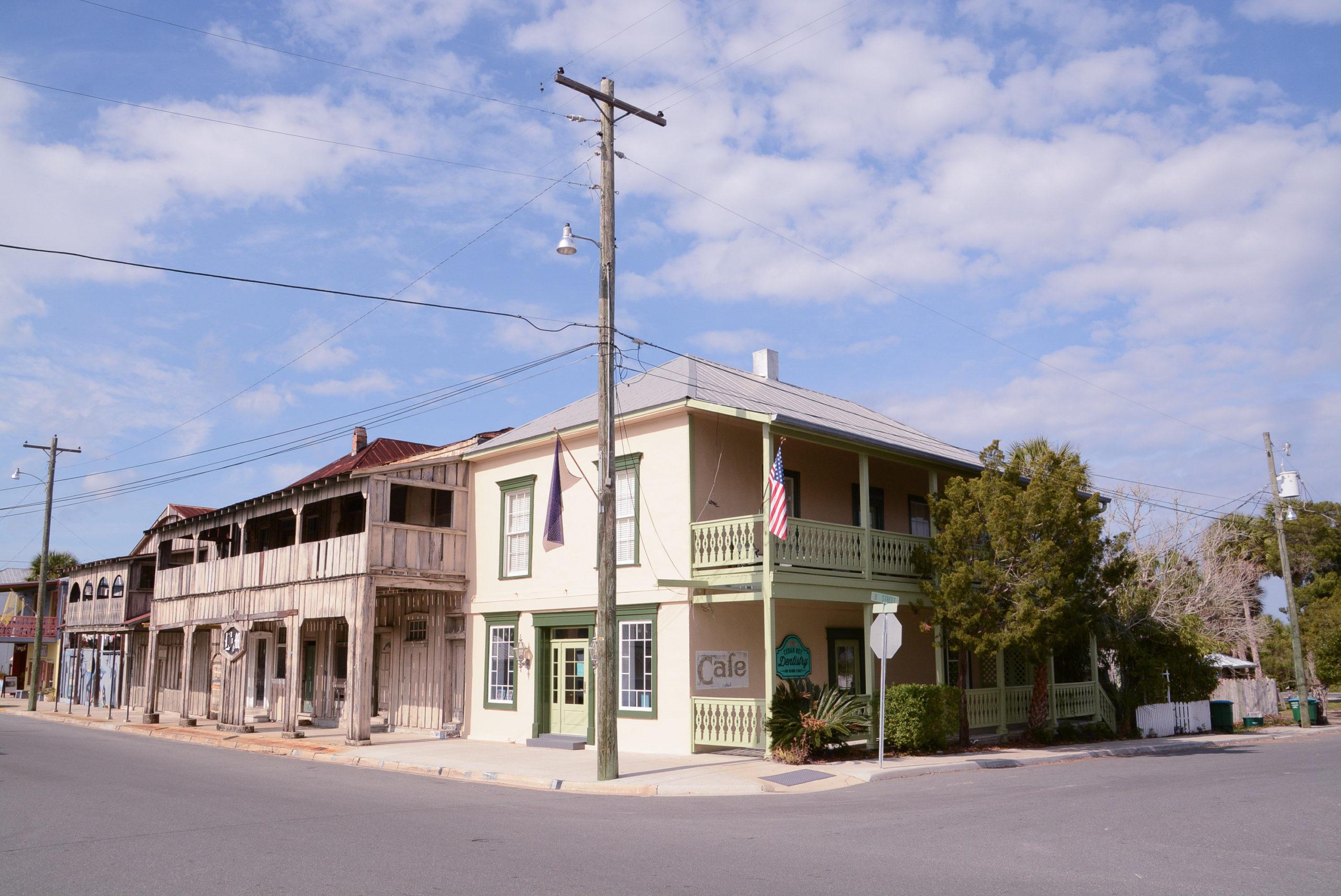 Ortsbild von Cedar Key mit Holzhäusern in Pastellfarben