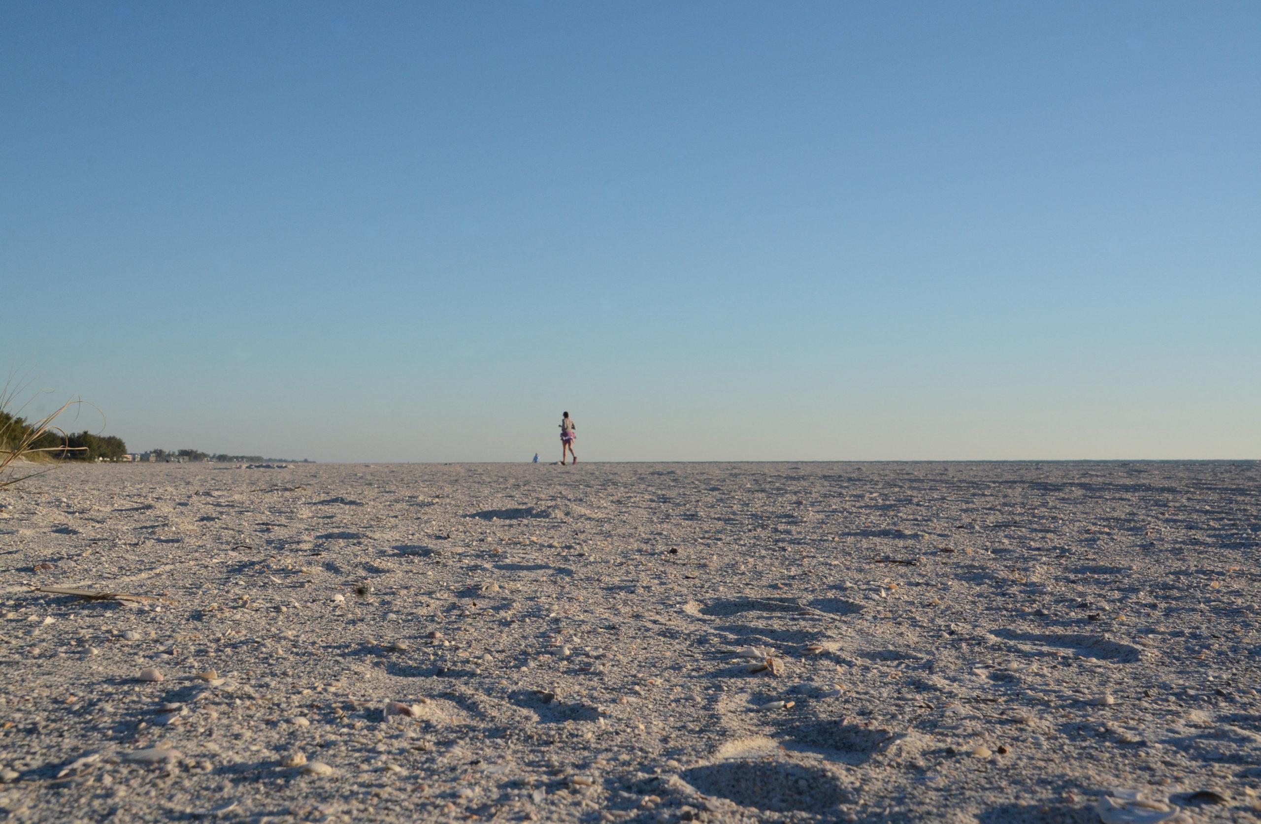 Jogger auf dem endlosen Strand von Anna Marian Island in Sarasota, Florida