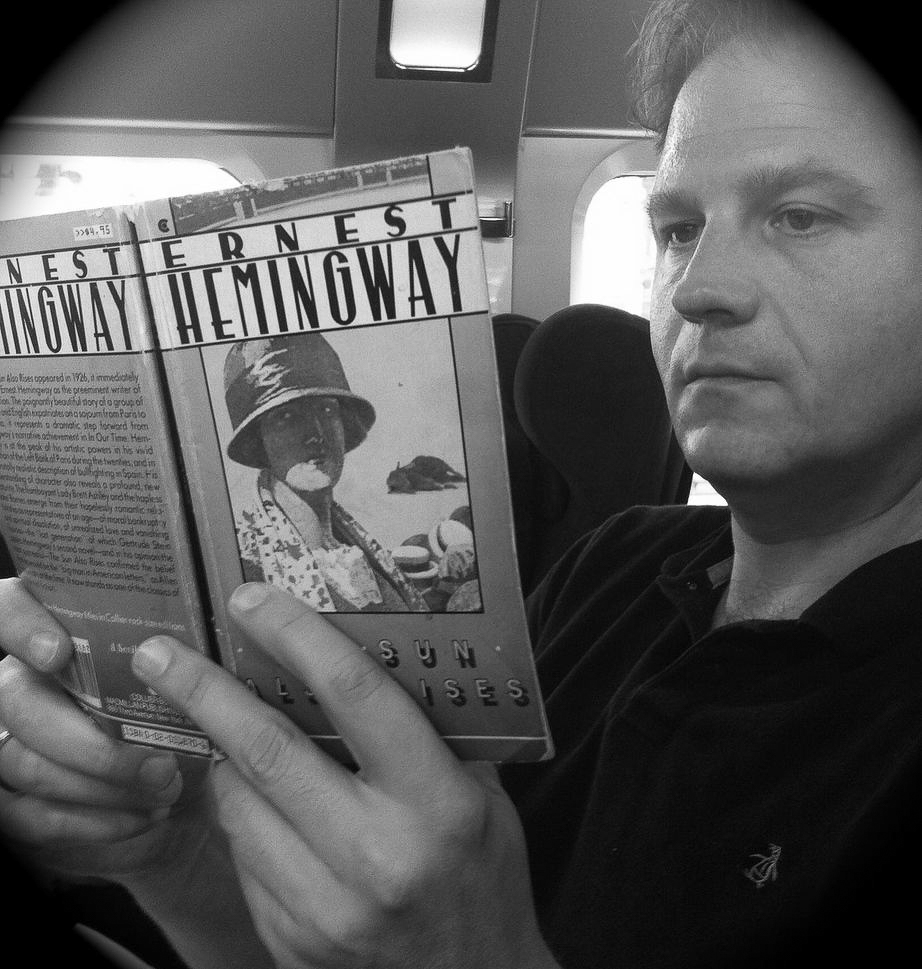 """Autor Ralf Johnen liest im Thalys sein Lieblingsbuch """"The Sun Also Rises"""" von Ernest Hemingway"""