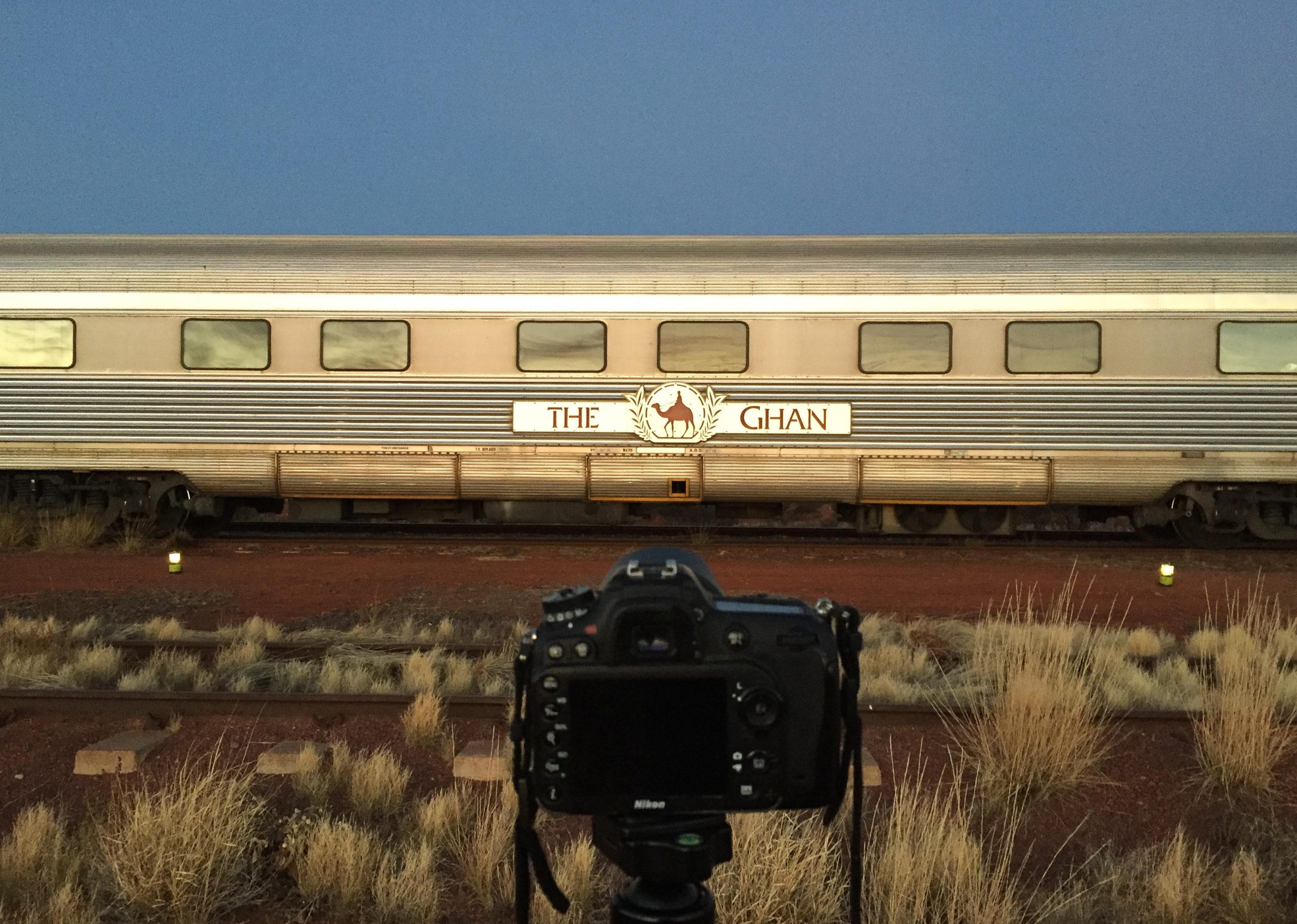 Kamera mit Stativ vor dem Ghan während des Sonnenaufgangs