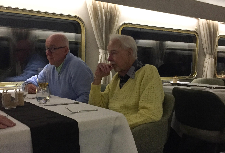 Noel und Trevor im Speisewagen
