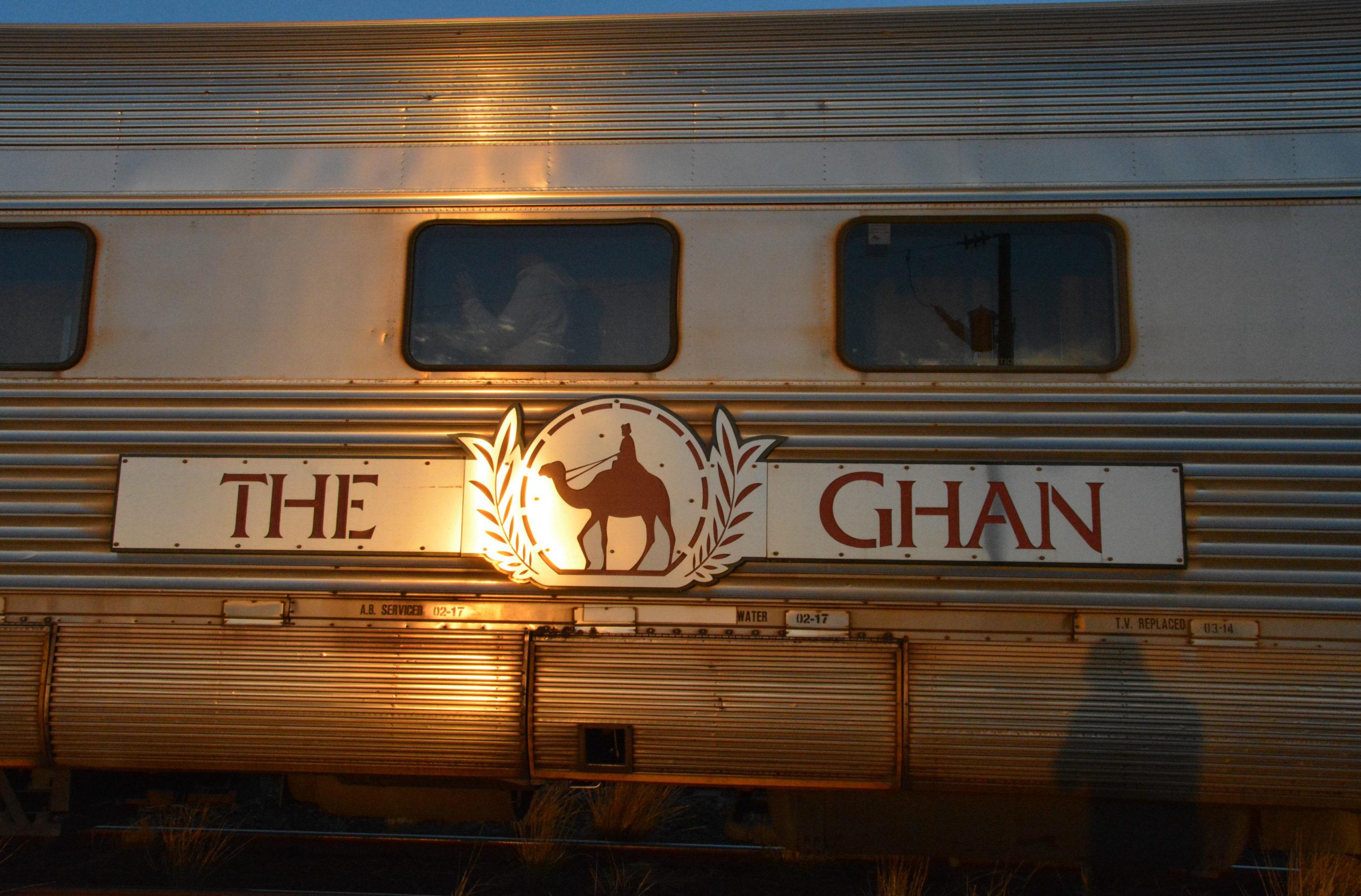 The Ghan im Licht der aufgehenden Sonne bei einem Zwischenstopp in Marla