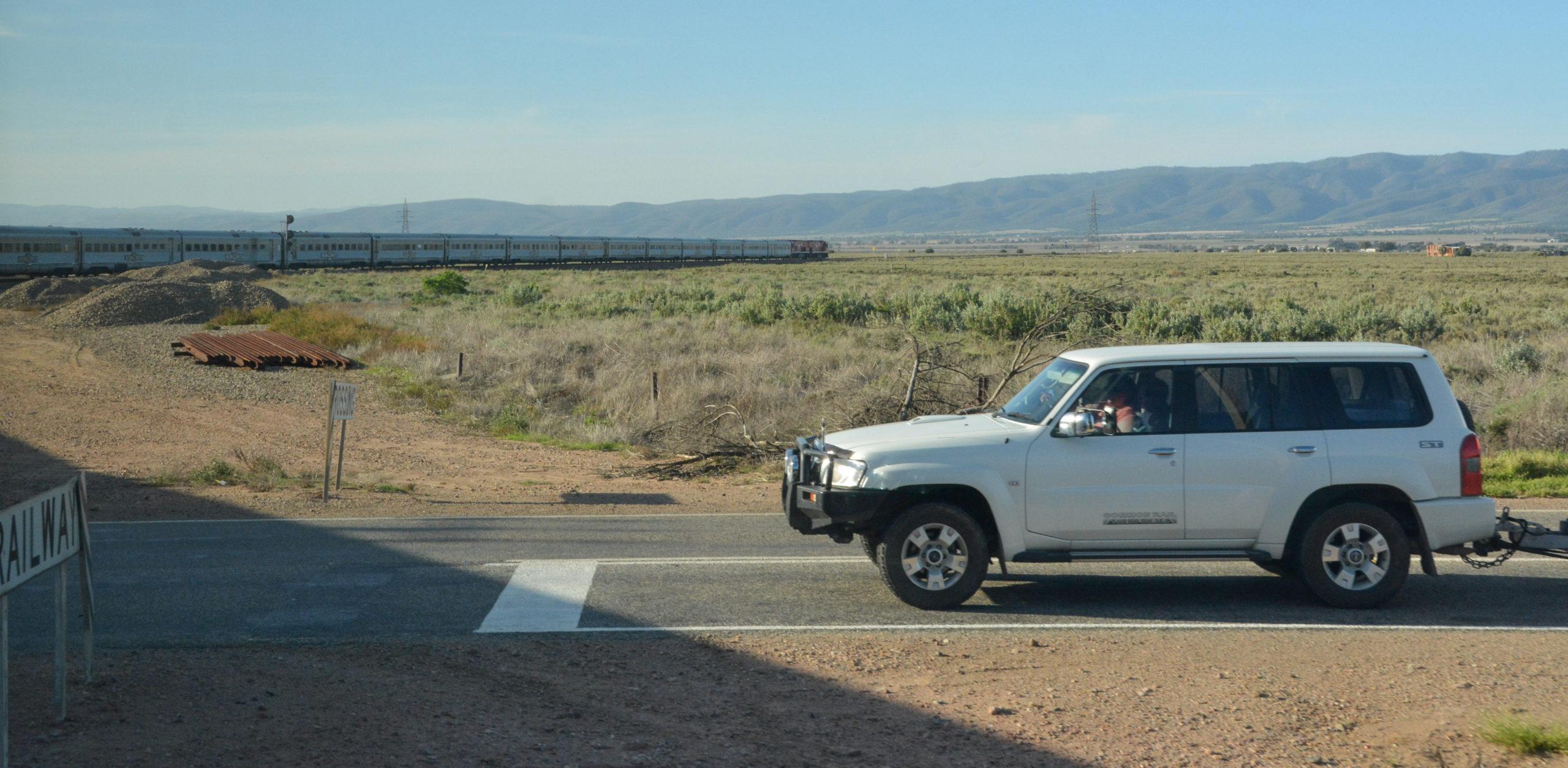 Der fast einen Kilometer lange Zug The GHan auf seinem Weg durch den australischen Busch