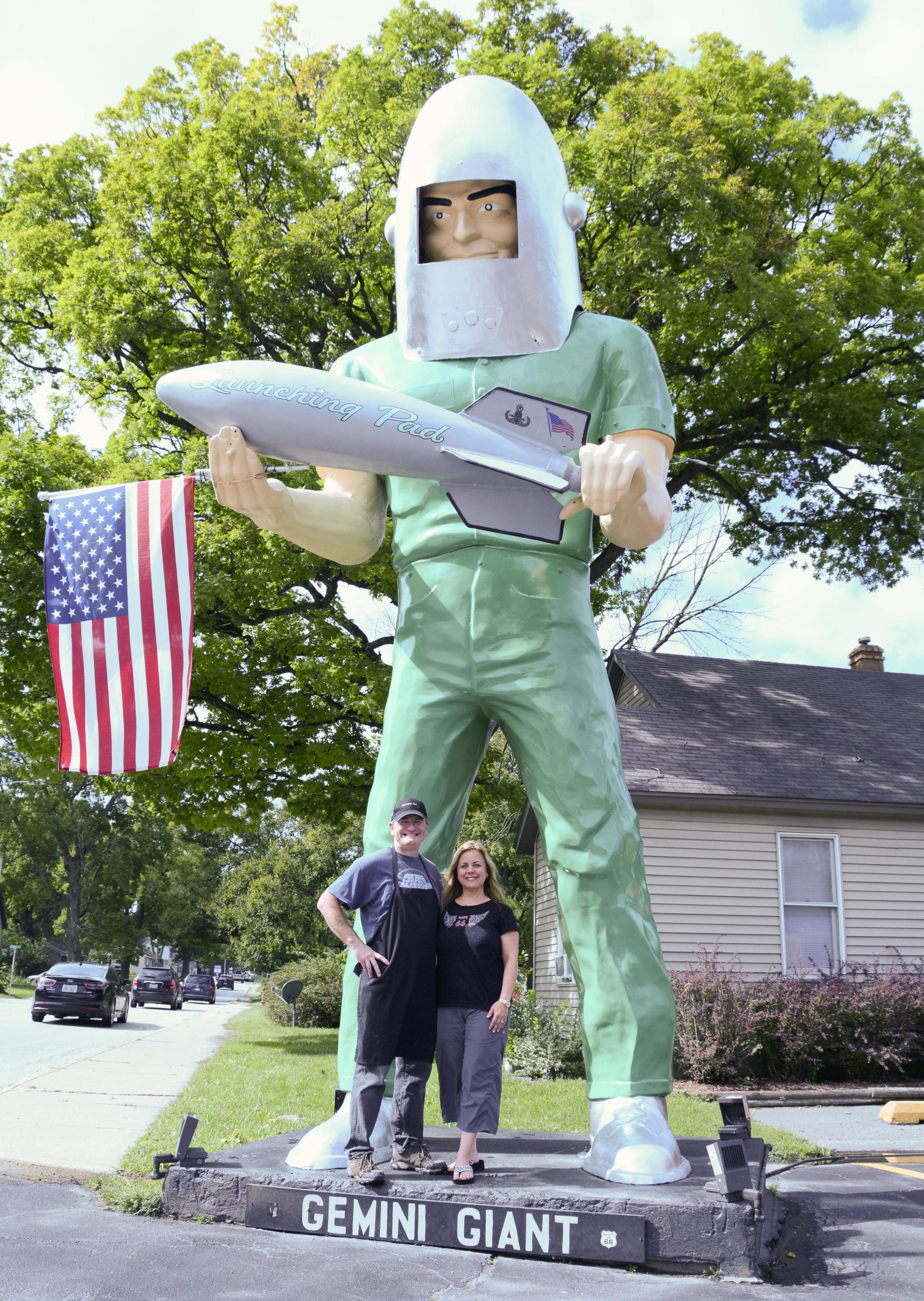 Eigentümer Holly und Tally mit dem Geminie Giant, einem der berühmten Muffler Men an der Route 66